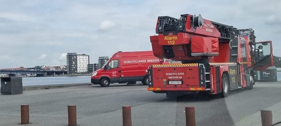 Brandvæsnet samt dykkere til stede på Aalborg havn