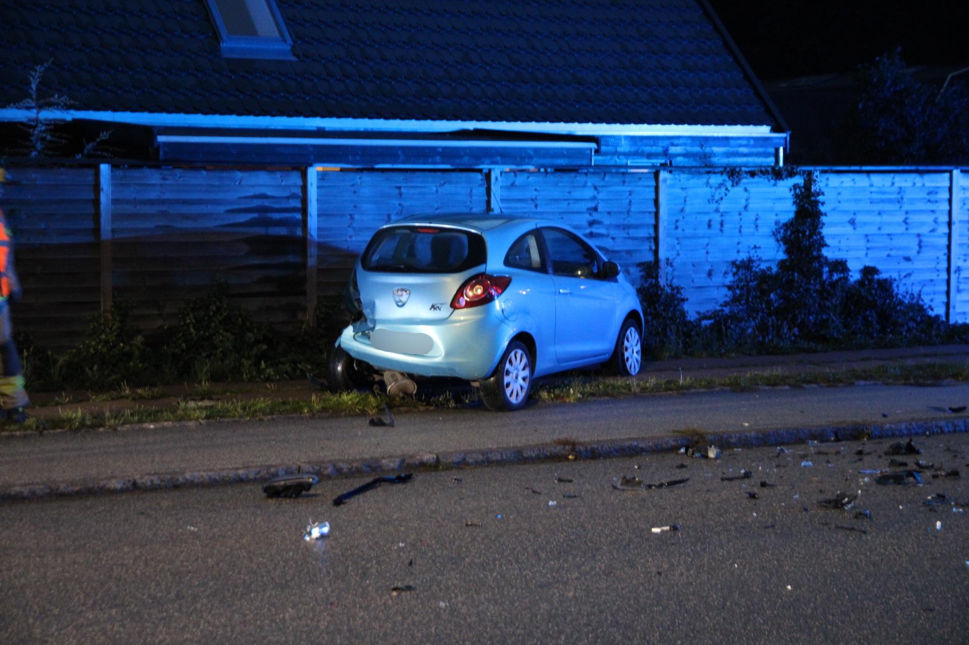 Bil påkører parkeret bil frontalt
