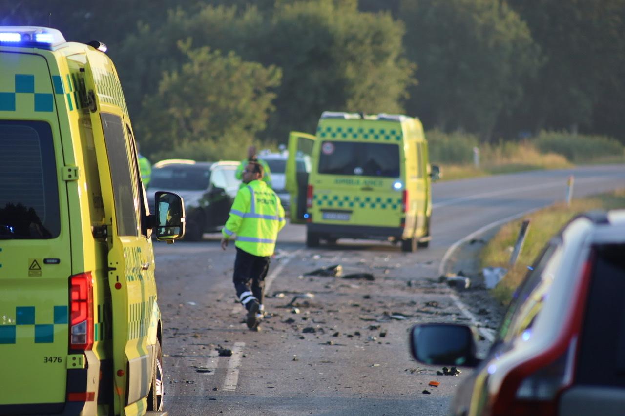 Voldsom ulykke i Brørup - lastbil væltet og bil havnet i grøften