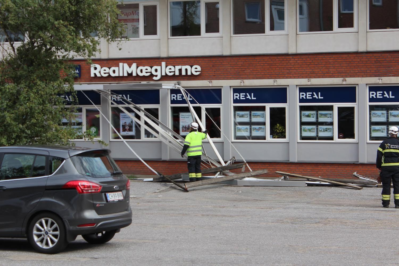 Kæmpe baldakin faldet ned på offentlig vej