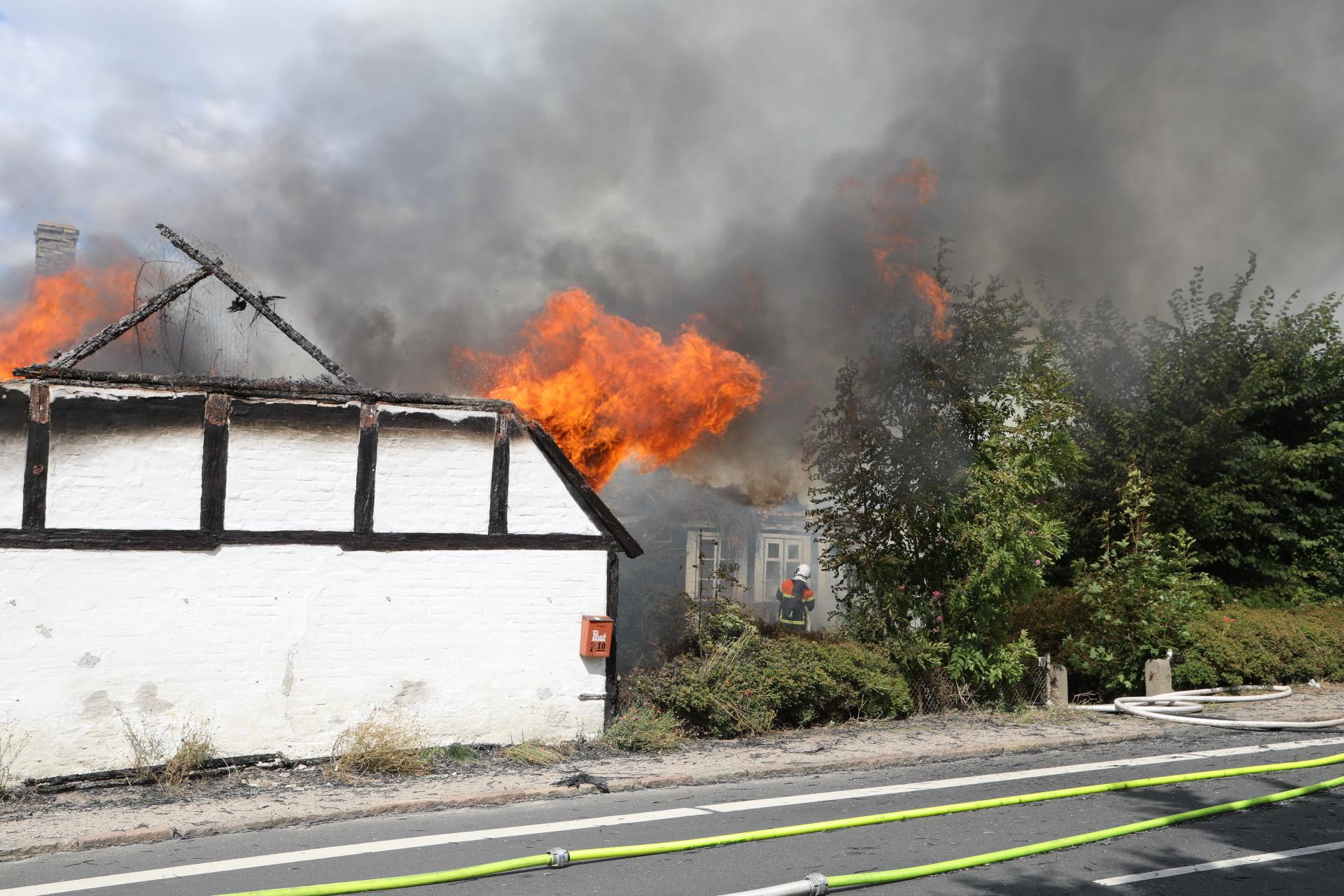Heftig villabrand - brandvæsnet kæmper med flammerne