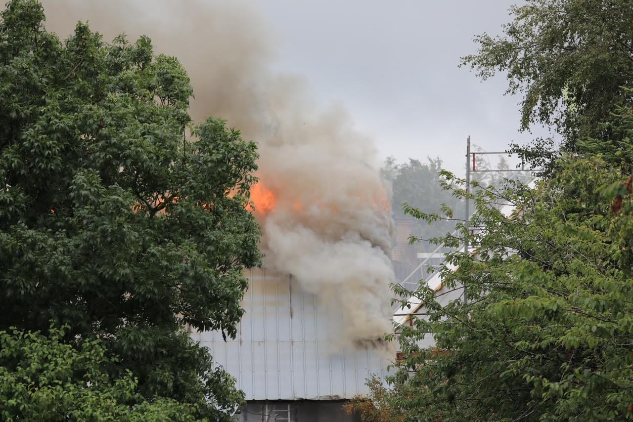 Voldsom gårdbrand - ild på høloft