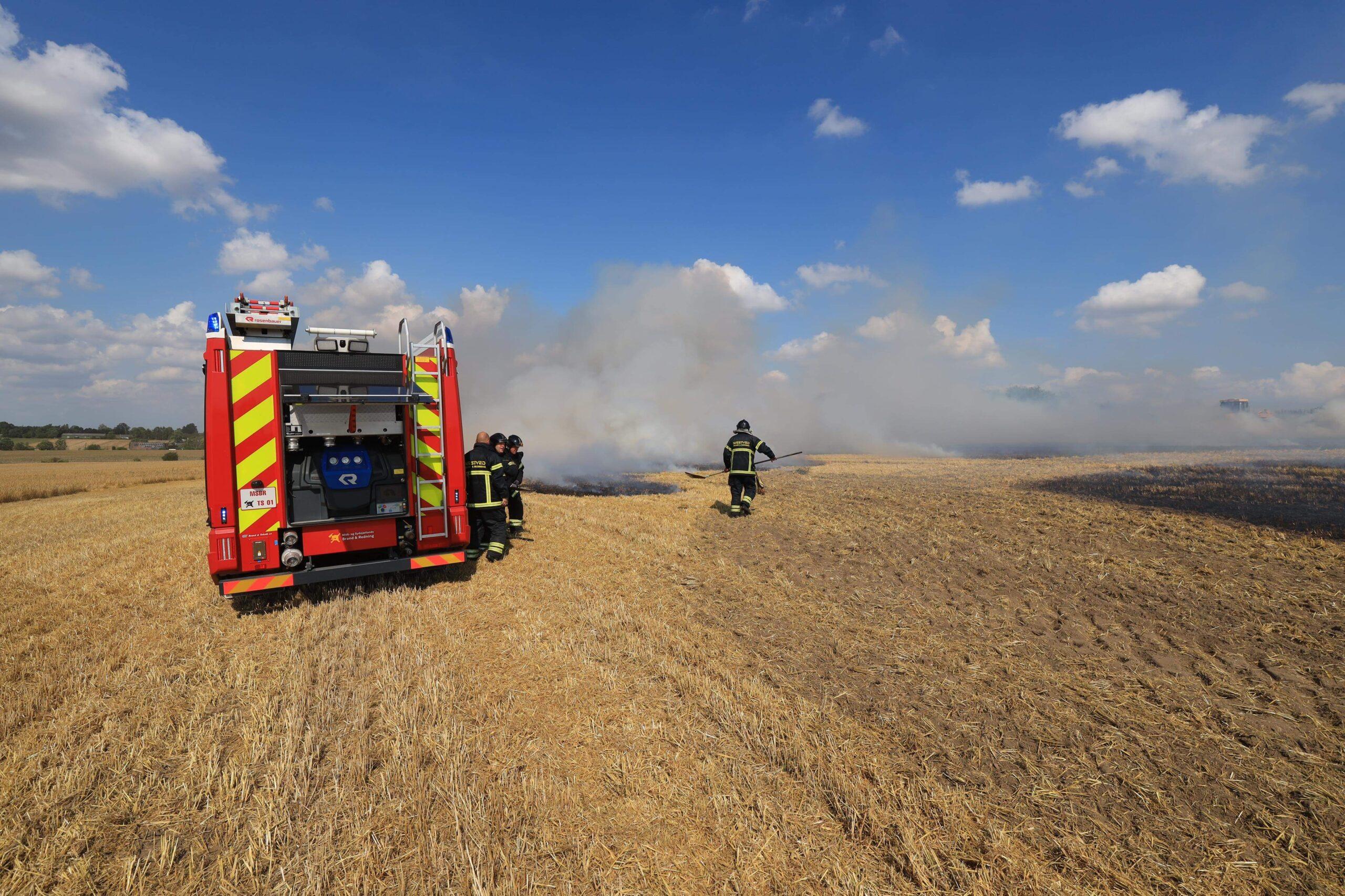 Mindre markbrand - slukningsarbejdet er i gang