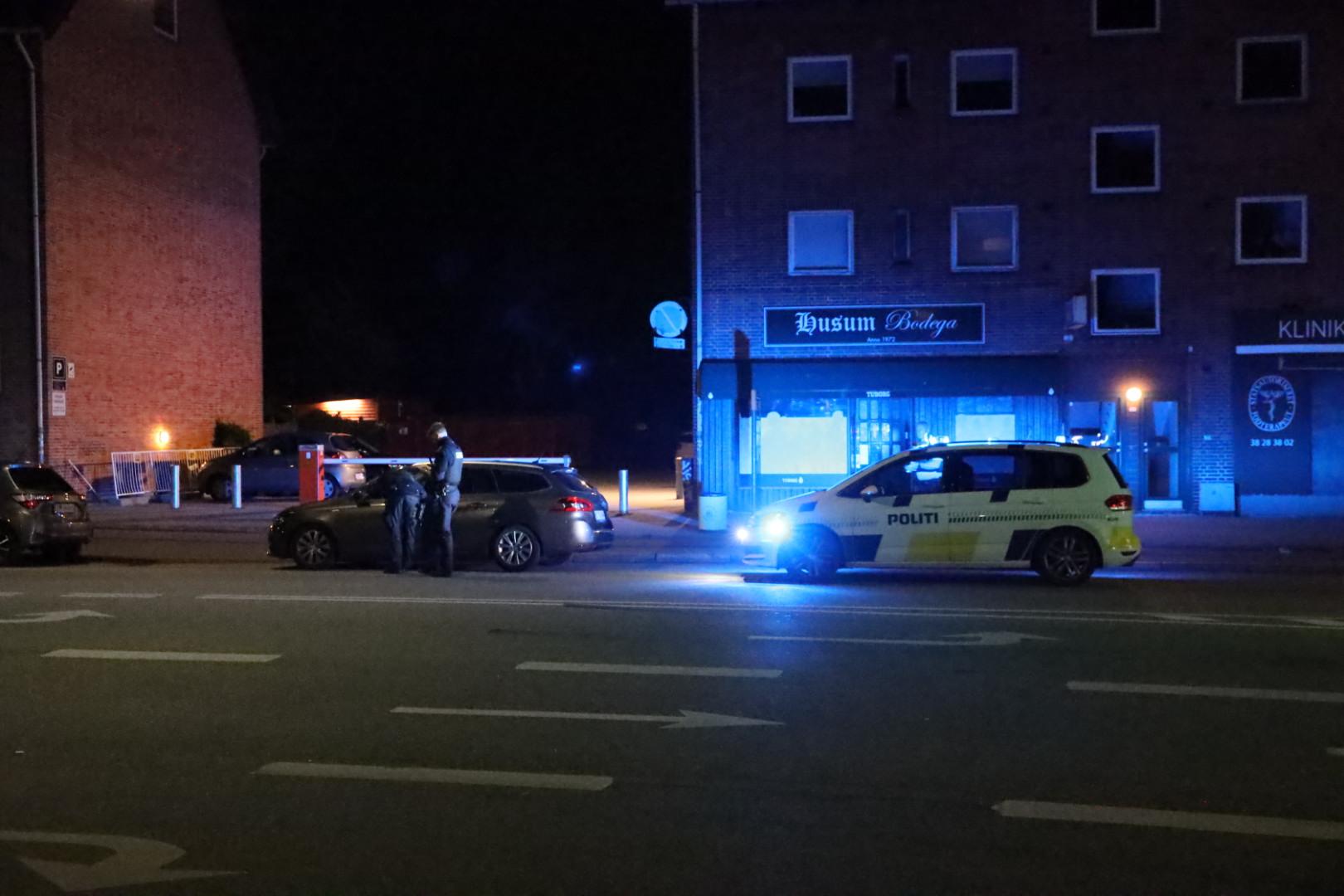Kontrol af bil - politiet runderer i Husum