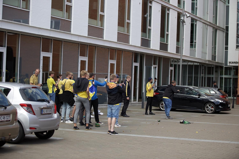 Brøndbyfans sender spillerne afsted mod stadion