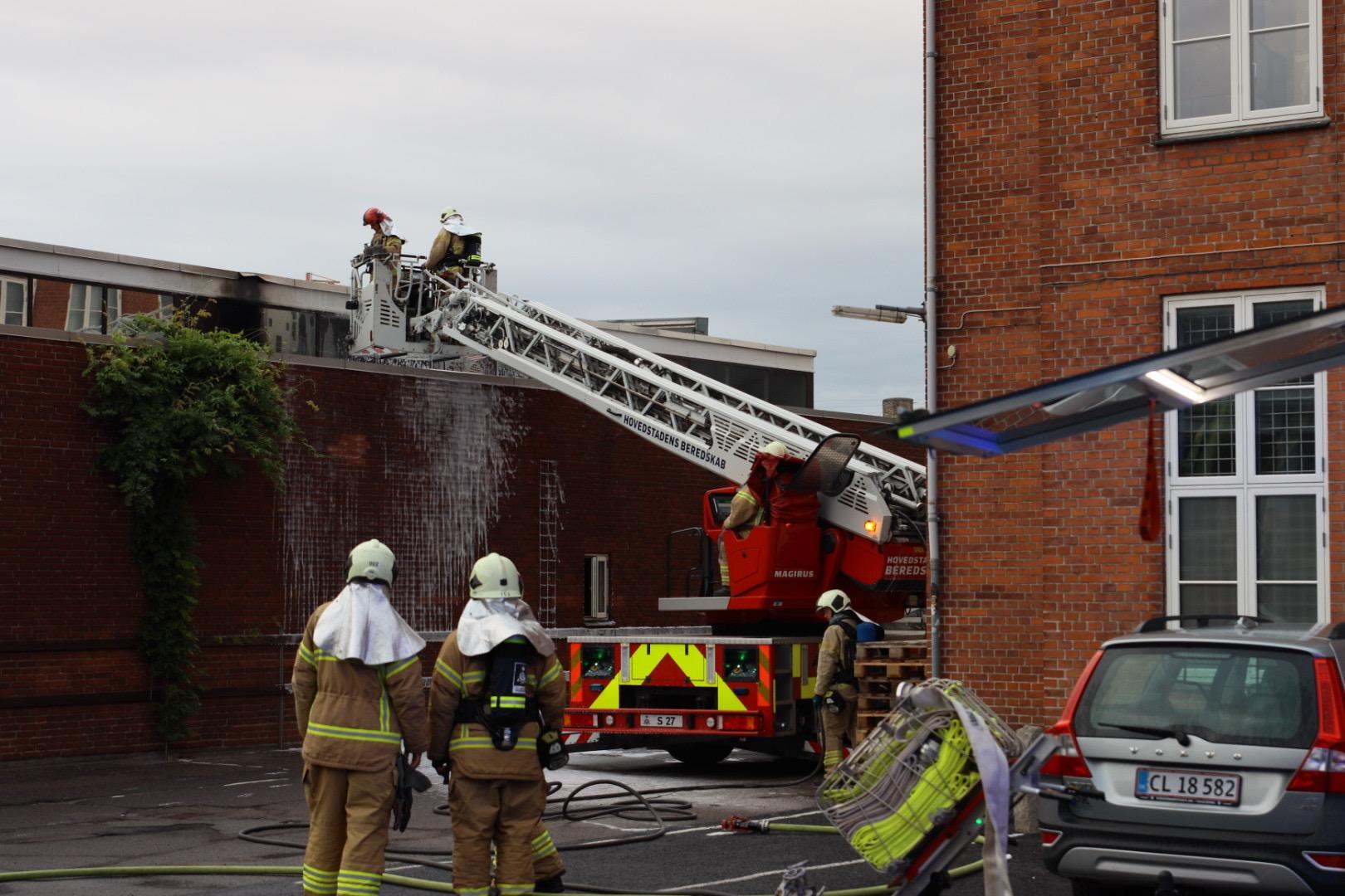 Brand i industribygning - kæmper med slukningen
