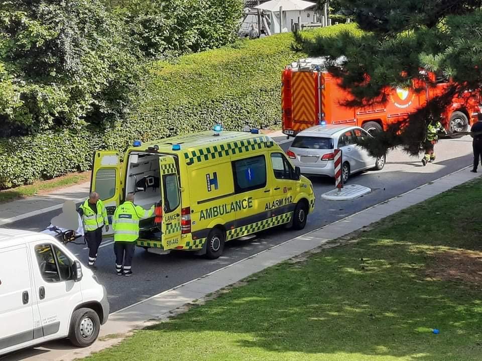 To biler kørt sammen ved skole - begge parter er kørt på hospitalet