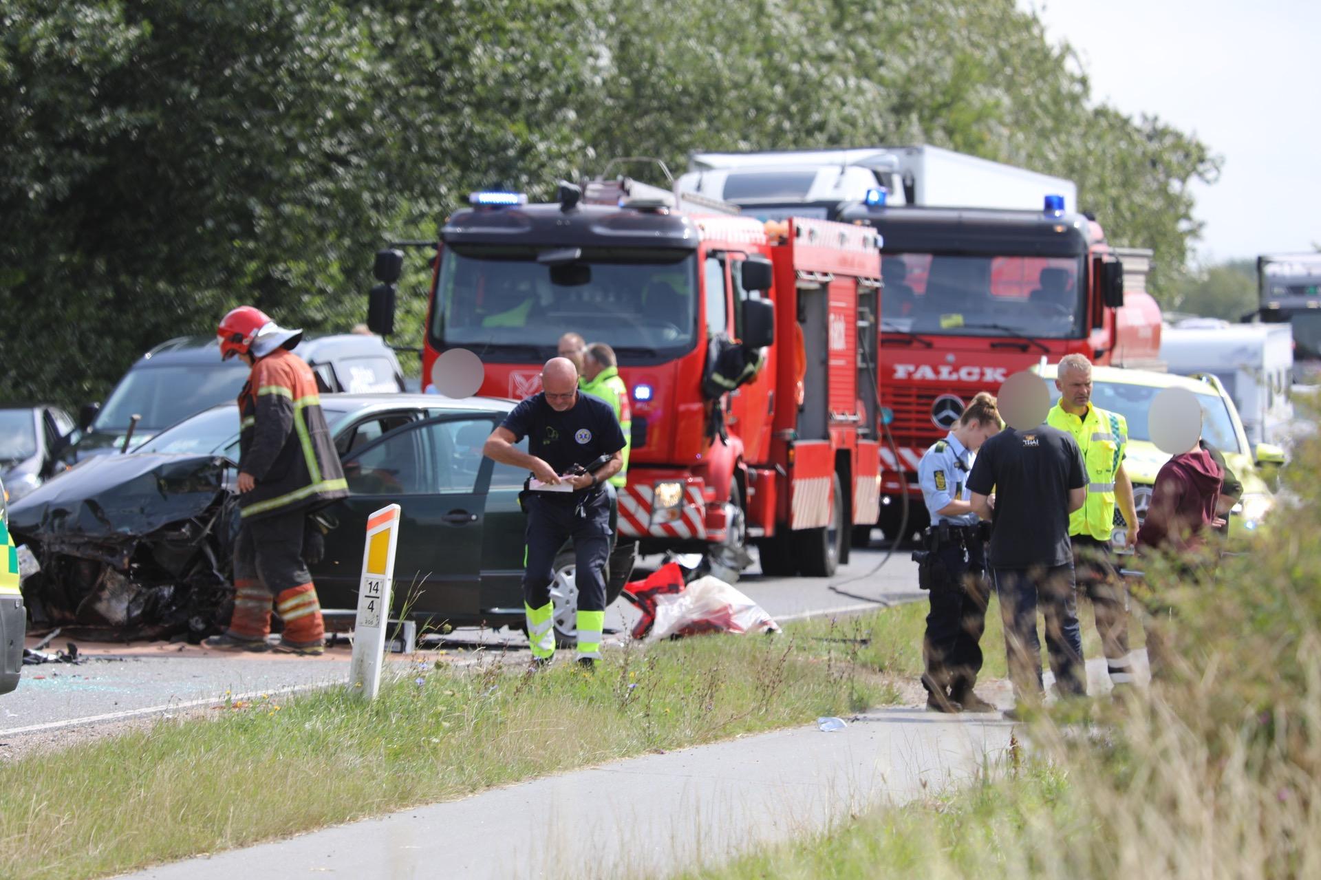 To biler kørt frontalt sammen - melding om fastklemte