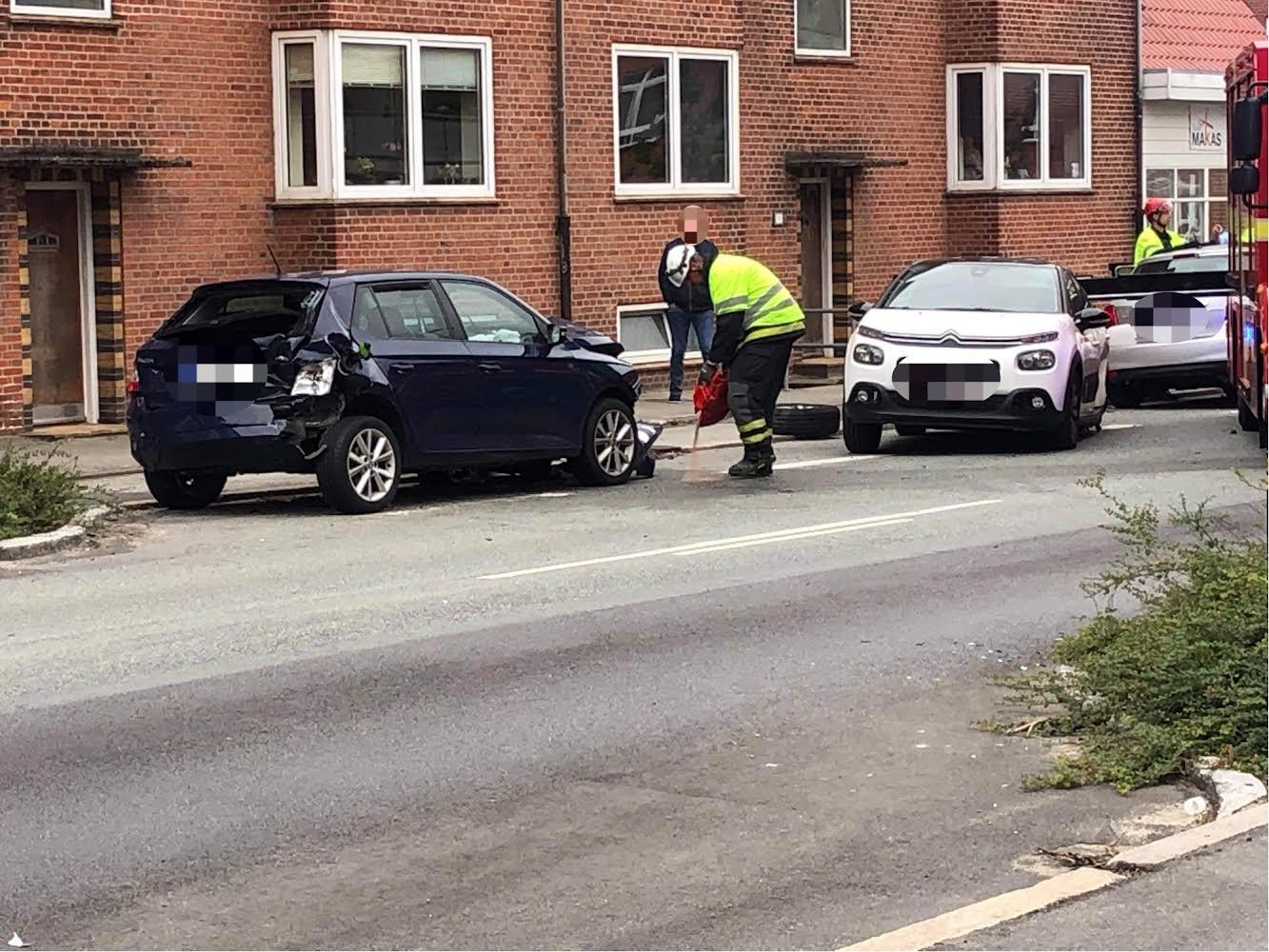 Flere biler kørt galt i Esbjerg - en bil har påkørt bygning