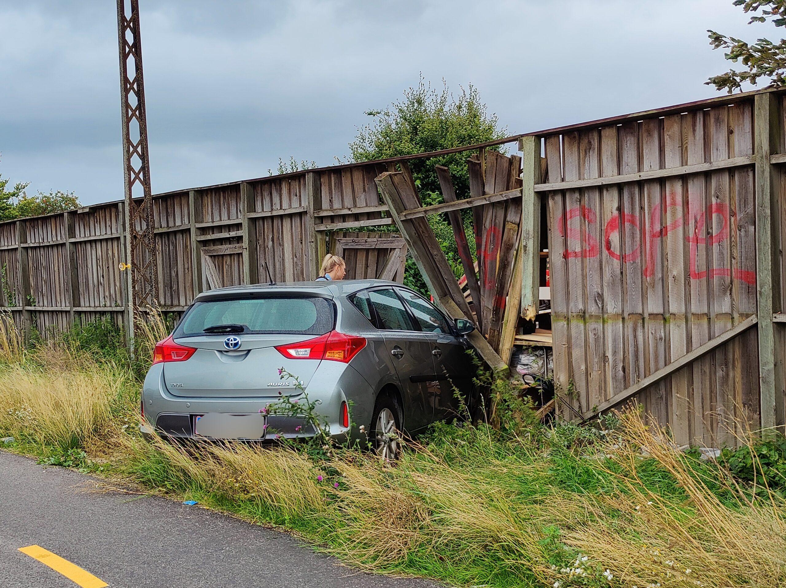 Bil kørt ind i hegn - politiet er på stedet