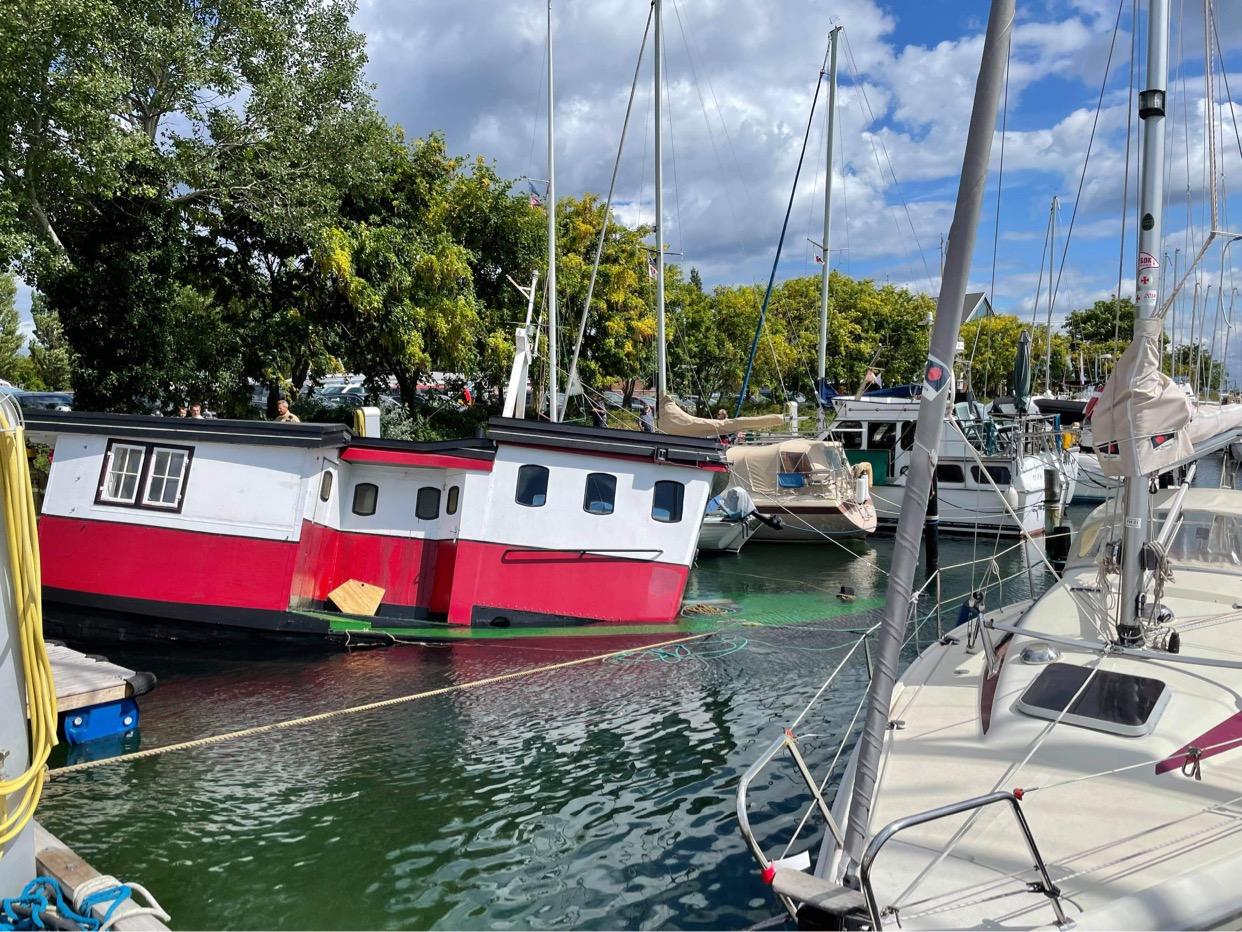 Synkende båd i København - stævnen under vand