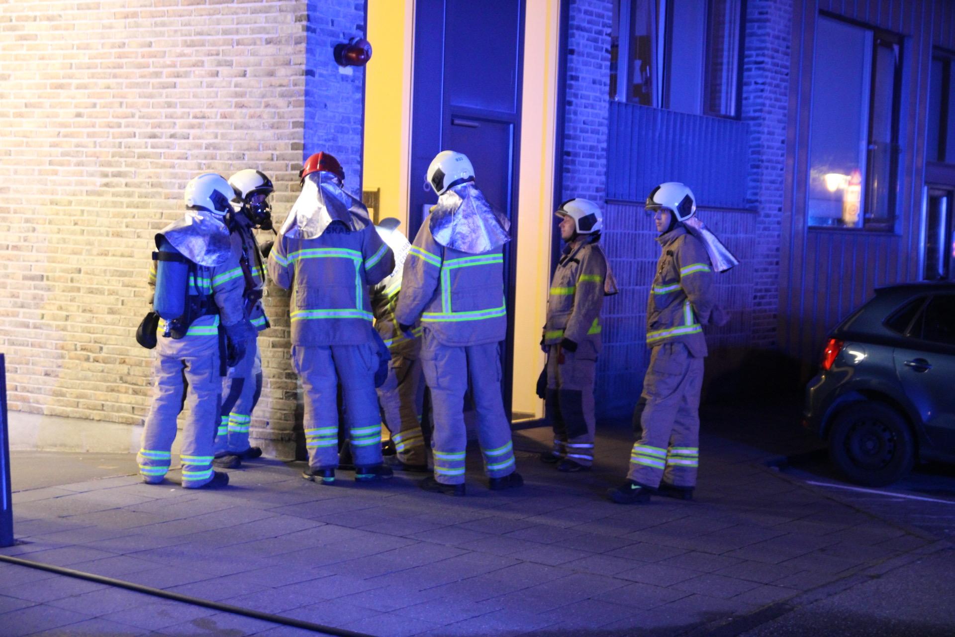 Mindre brand i kælder med kemikalier