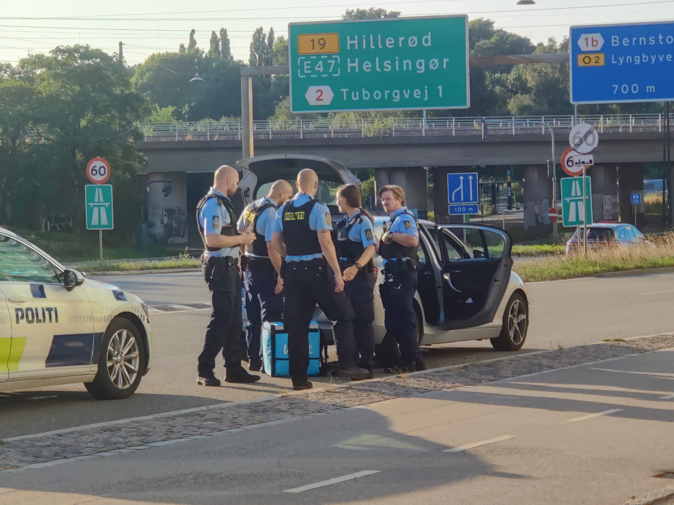 Tre patruljer stopper en bil for ransagning