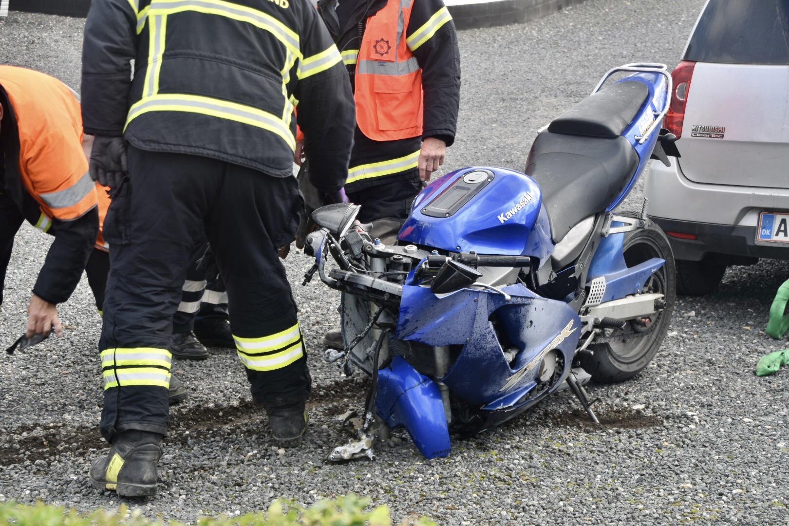 Motorcykel og bil i frontalt sammenstød