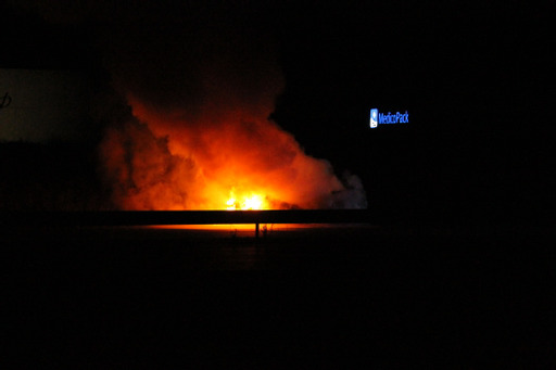 Voldsom bilbrand natten til søndag spærrede motorvej