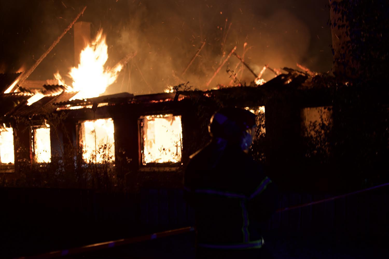 Voldsom villabrand i Fredericia - brandvæsnet kæmper med slukningen af flammerne