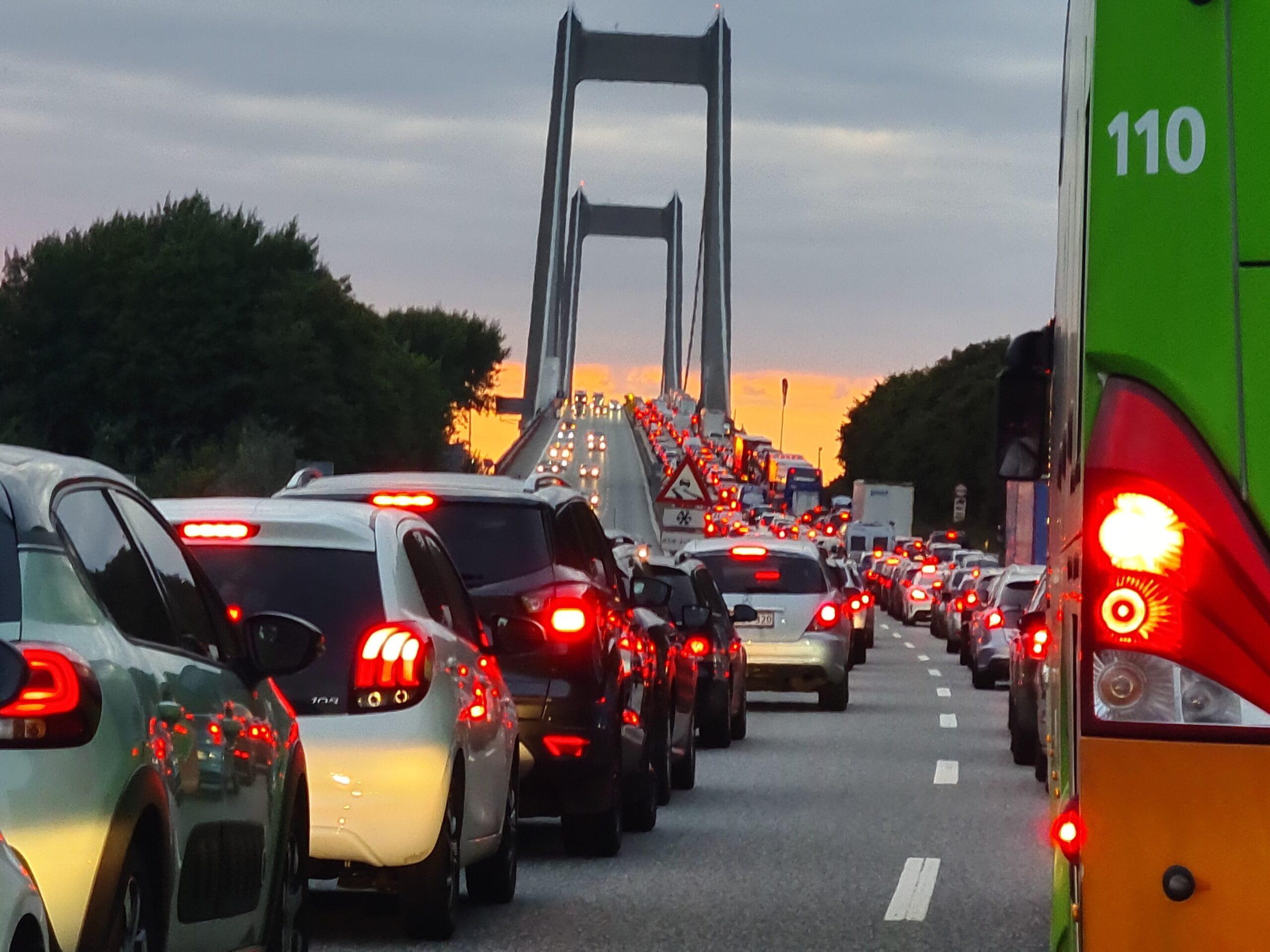 Flere kilometer kø på motorvej - vejarbejde i gang