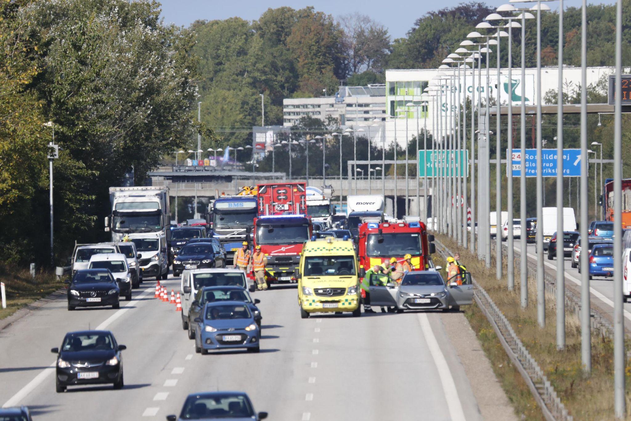 To spor spærret på motorvej ved Brøndby - trafikken står helt stille