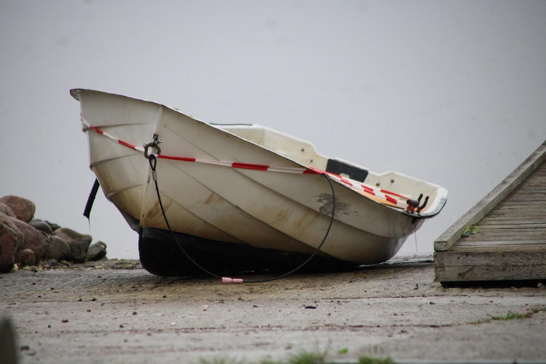 Jolle fundet drivende i Roskilde fjord - trukket ind på land