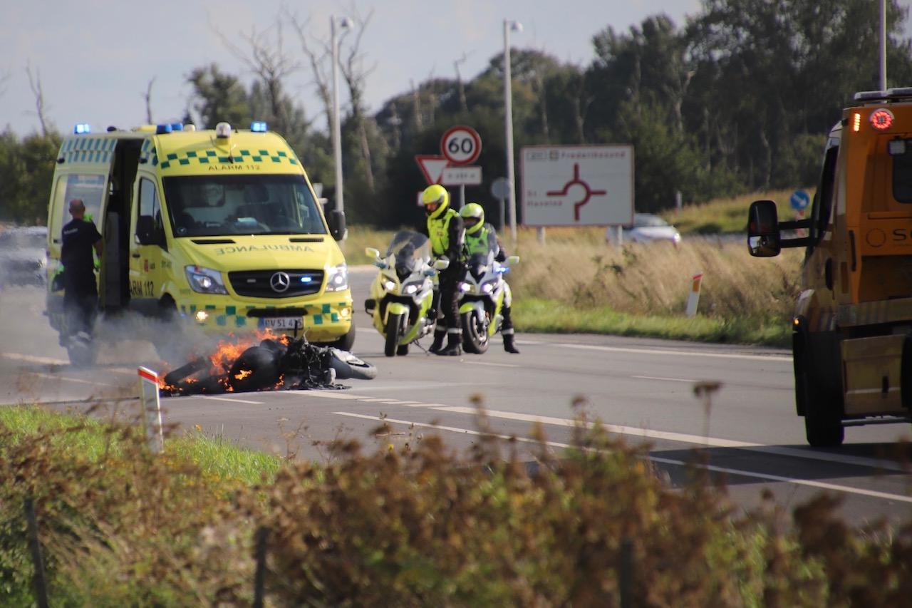 Motorcykel brudt i brand efter styrt