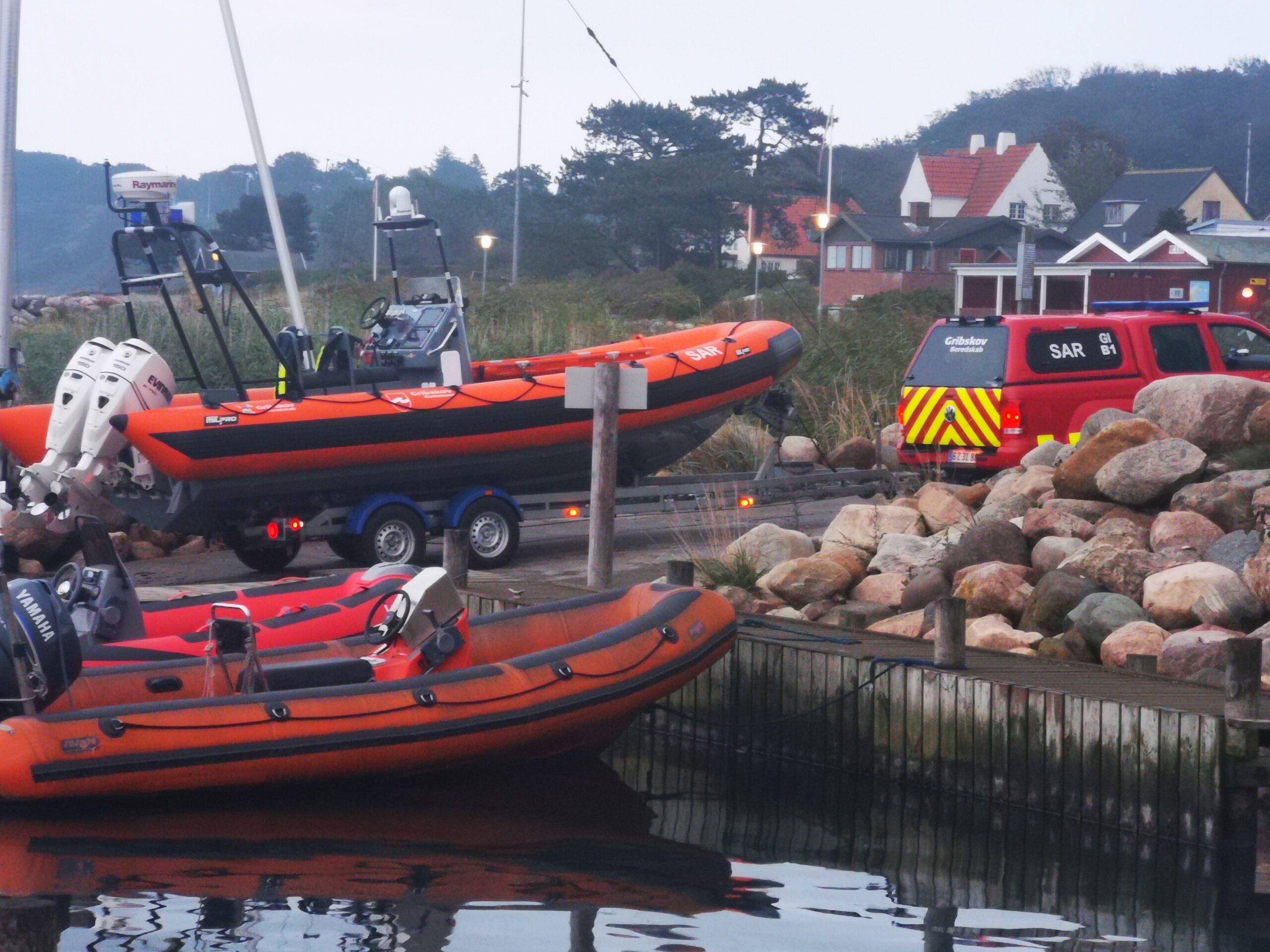 Oliefilm på vandet - Brandvæsnet til stede på Gilleleje havn