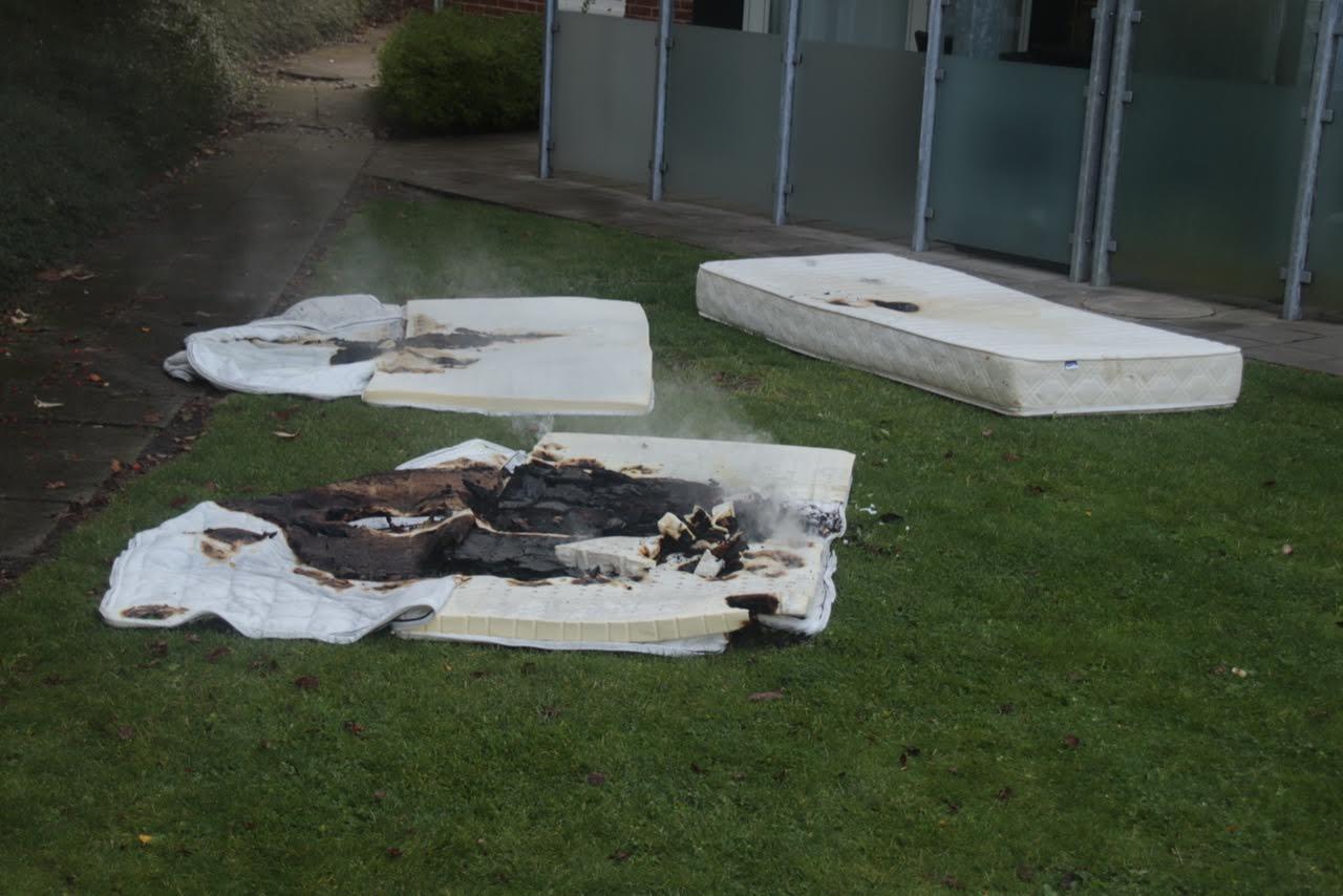 Ild i madrasser i have- kastede dem ud af vinduet
