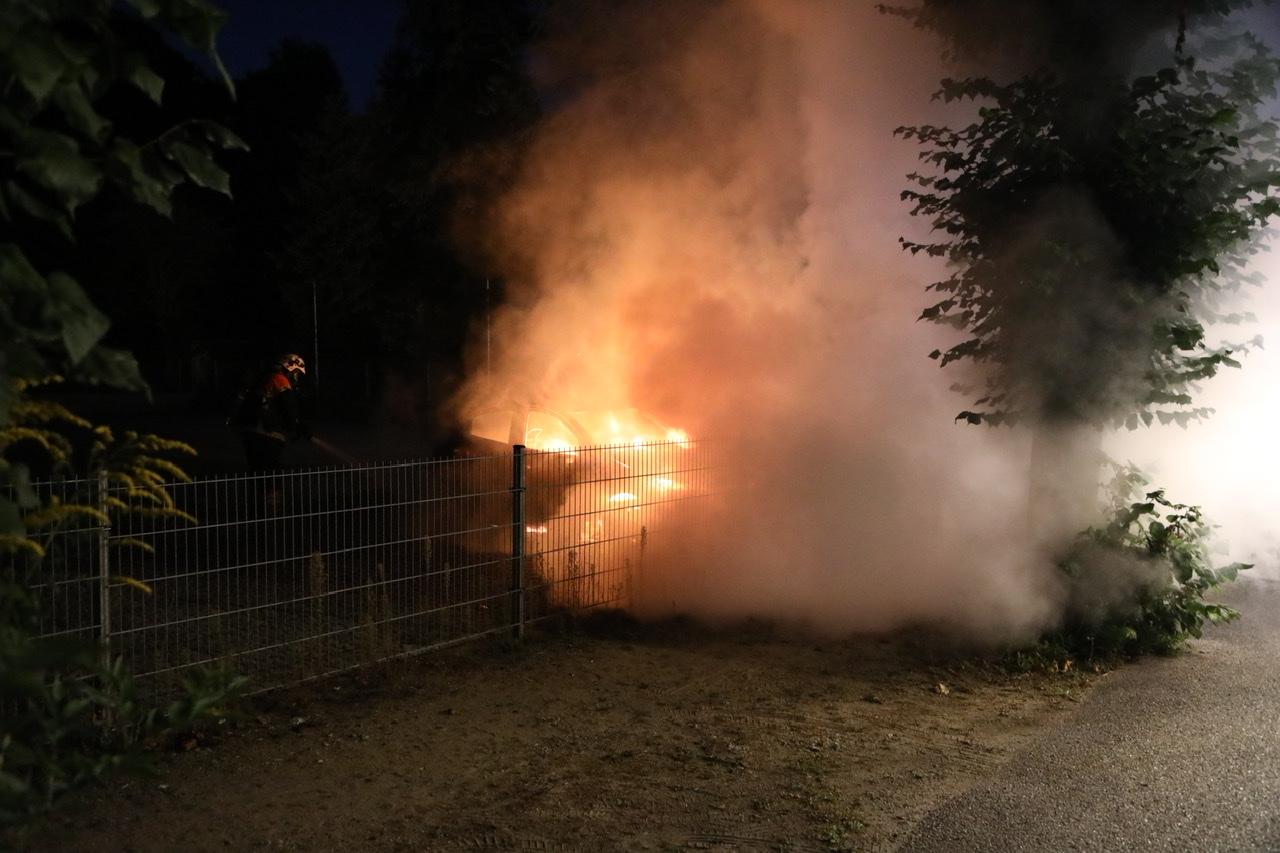 Indbrud i flere biler - en sat i brand