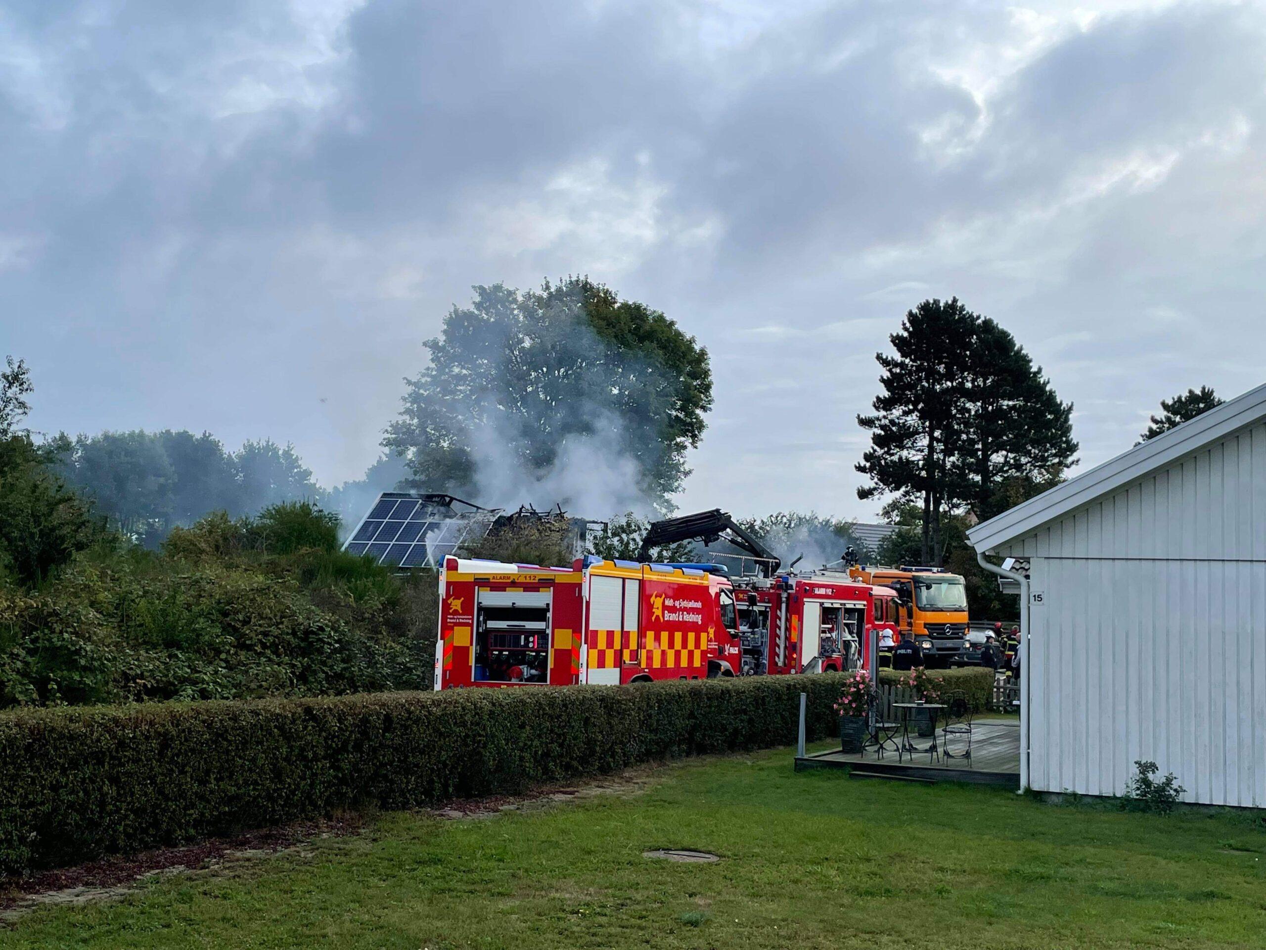 LIGE NU: Voldsom brand i institution - røg kan ses over 10 km væk