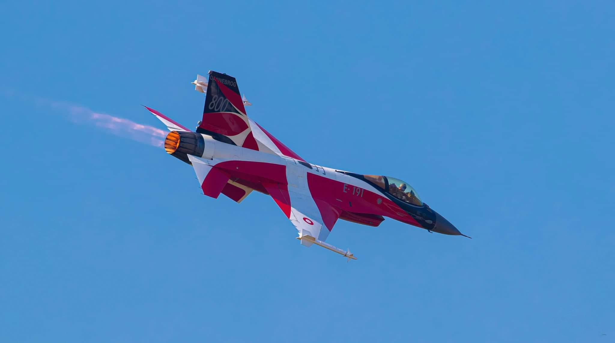 Dannebrog på blå himmel - flagdag for de udsendte