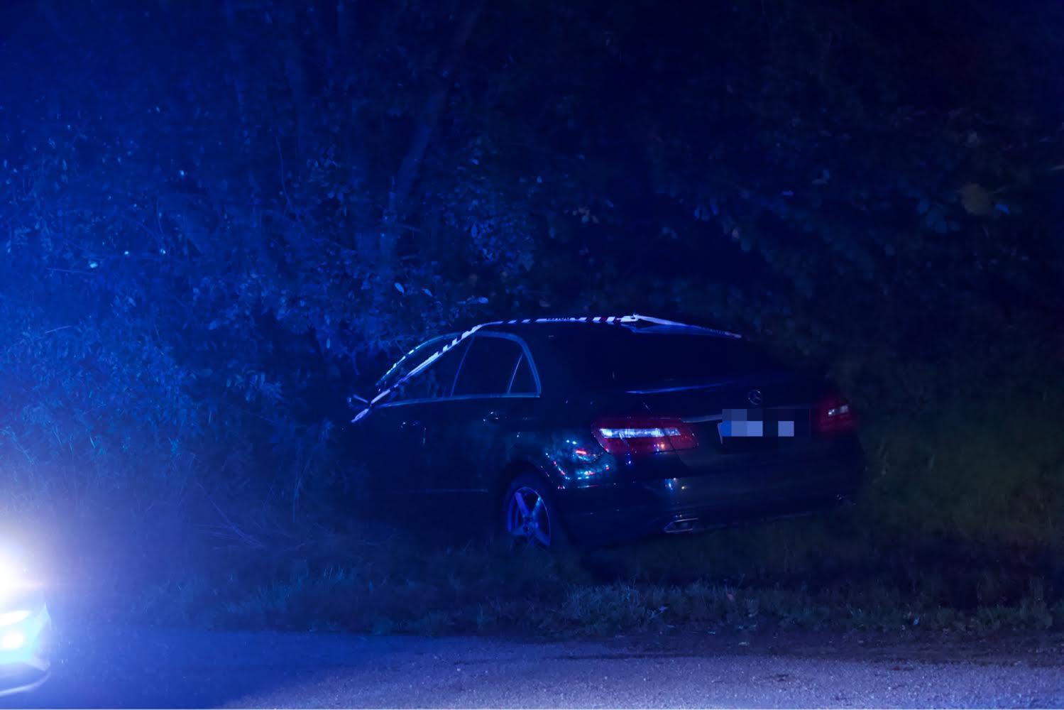 Bil kørt ind i træ - melding om fastklemte