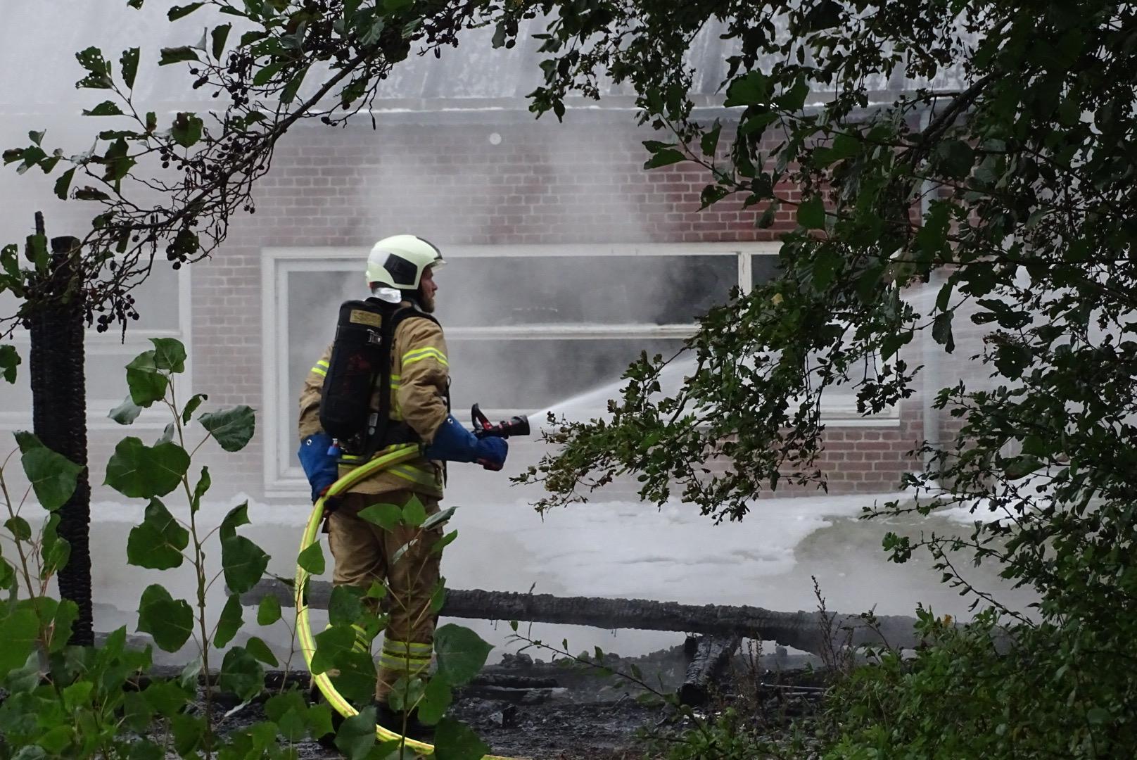 Brand i skur på skole - brandvæsnet er fremme