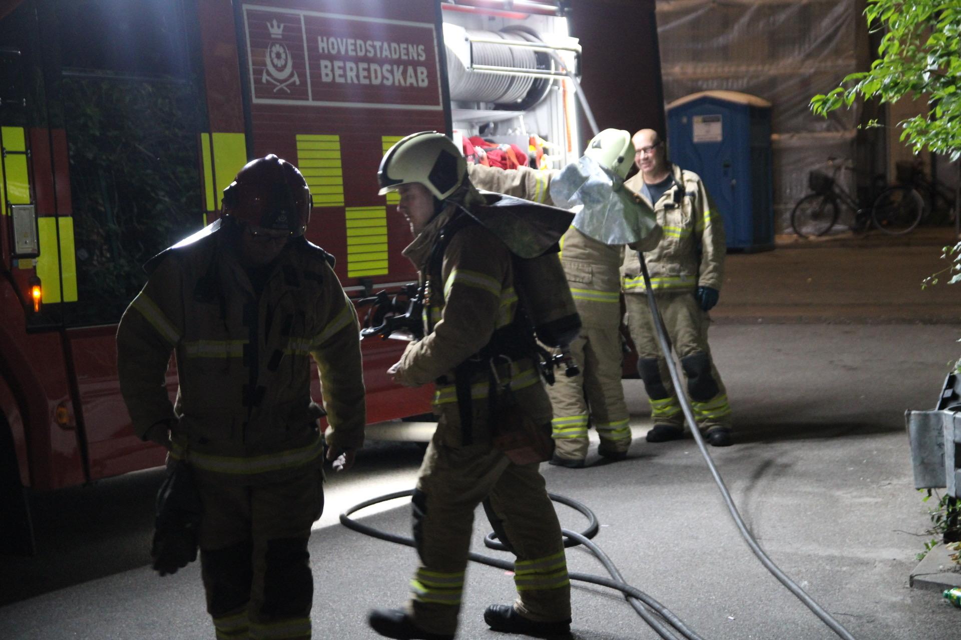 Bål startet i baggård - brandvæsnet tilkaldt