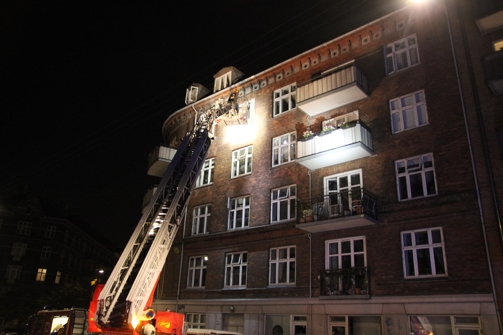 Brand på altan i København - gløder dryssede ned til underbo