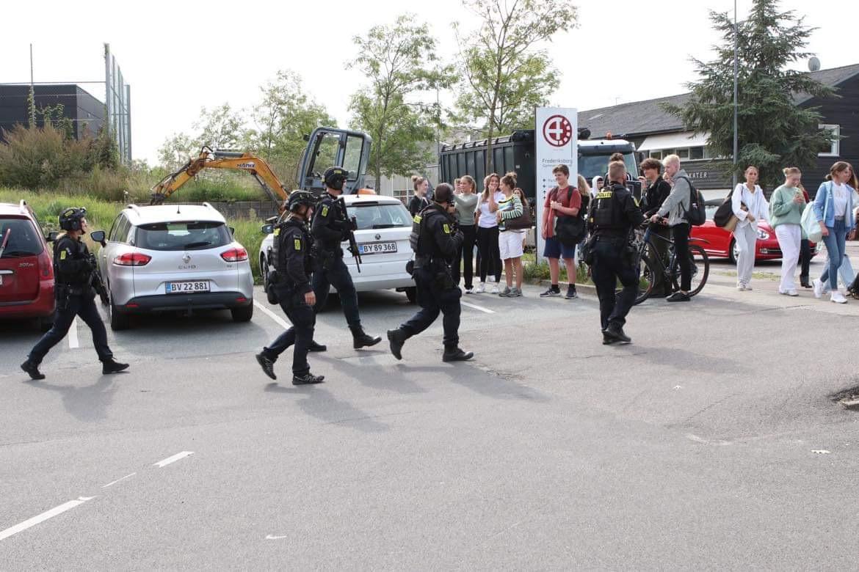 Stor politiaktion ved Frederiksborg Gymnasium - kvinde med kniv gik i retning mod gymnasium