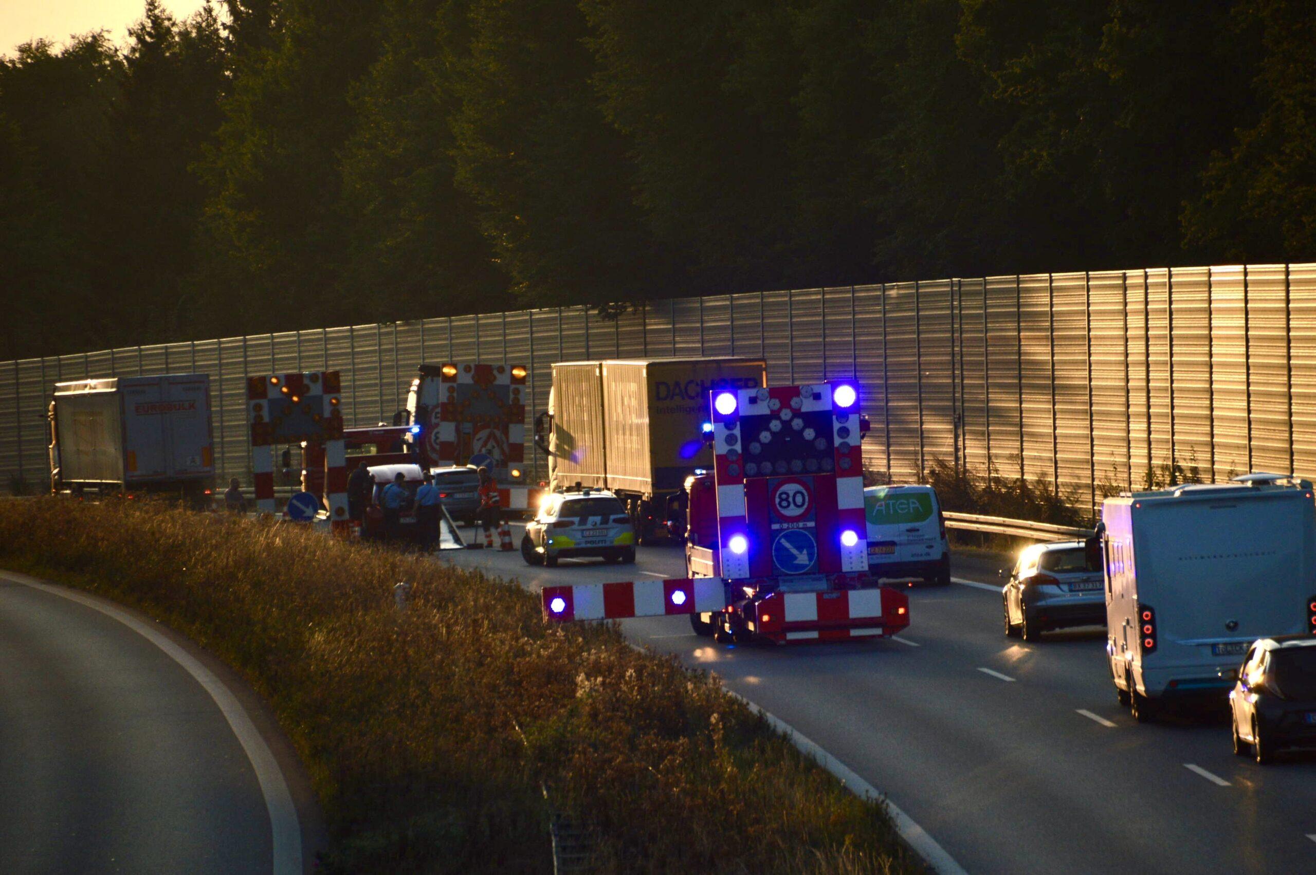 Flere spor spærret på motorvej - mindre færdselsulykke ved Fredericia