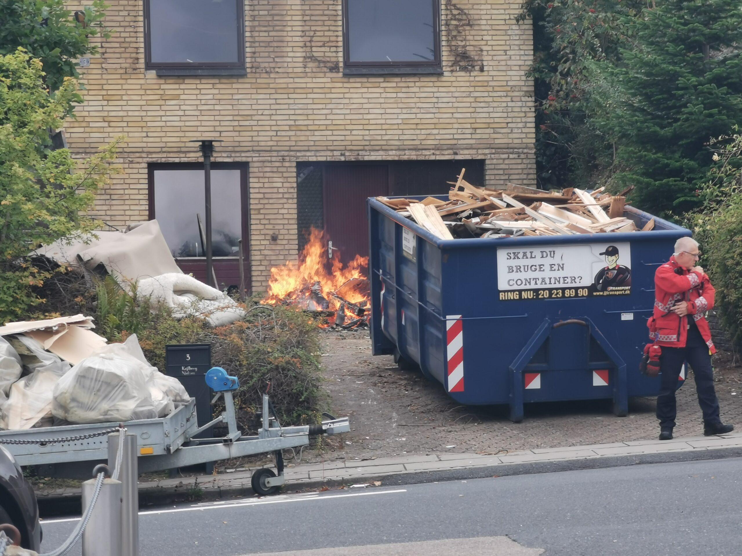 Voldsomt bål - brandvæsen måtte tilkaldes til villa