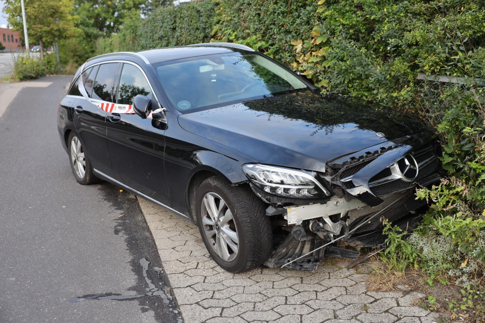 Ny Mercedes i uheld i Ballerup - påkørte skilt og derefter en hæk