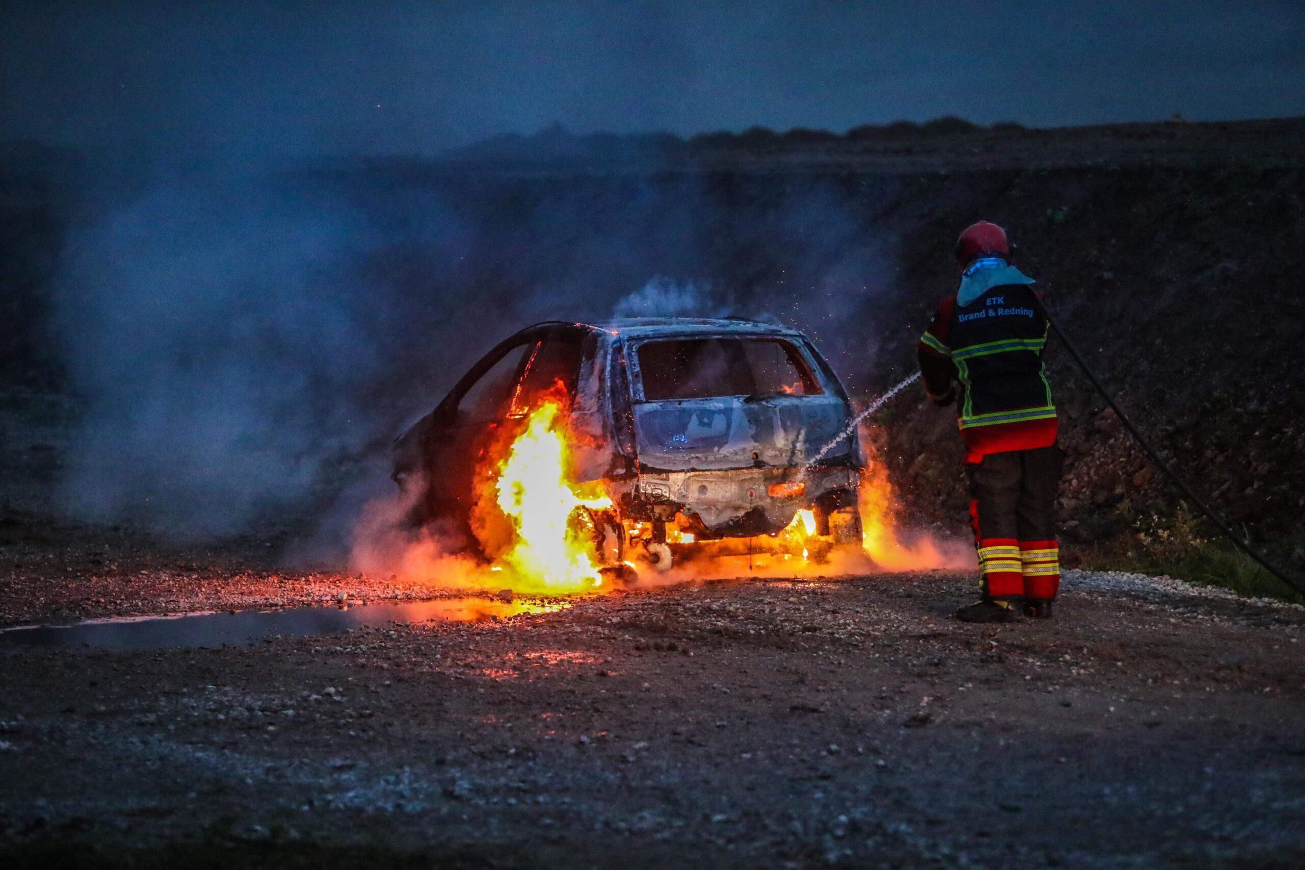 Bil udbrændt i Køge - slukningsarbejdet tog flere timer