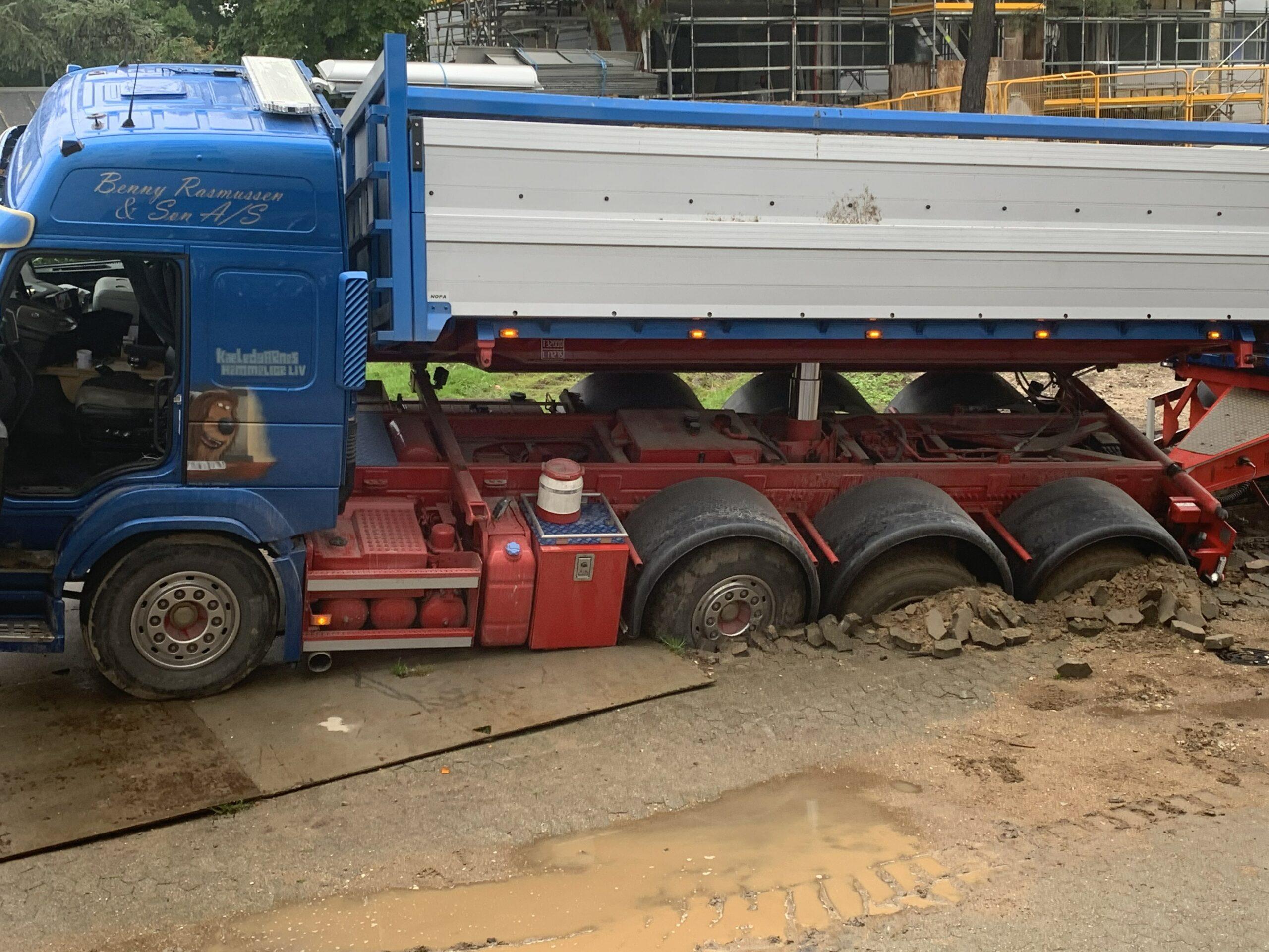 Lige nu: Lastbil sunket ned i sand - i fare for at vælte