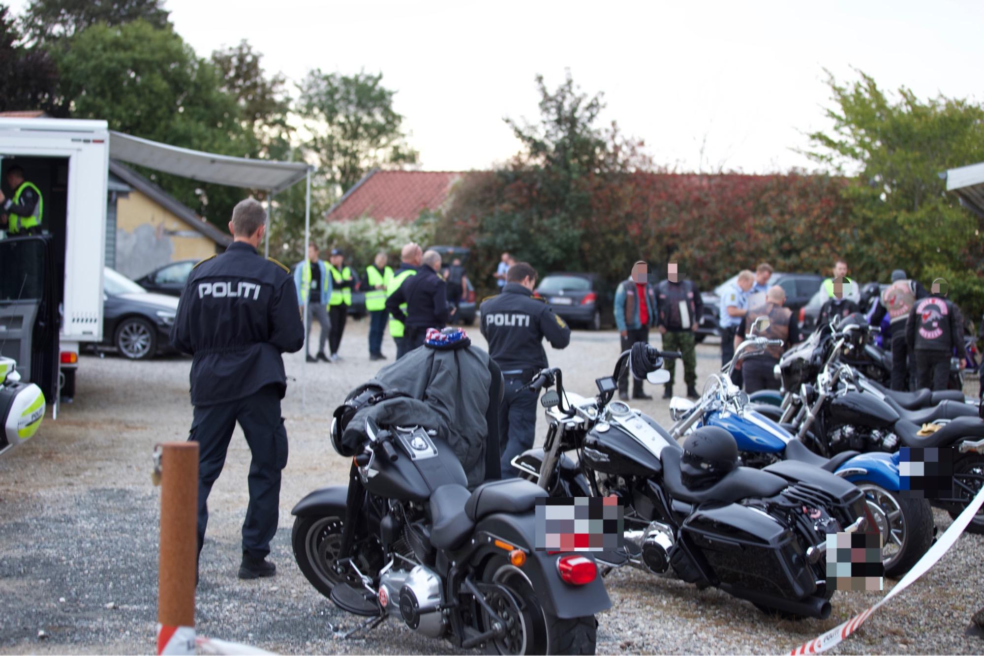 Politiet talstærkt til stede, da motorcykelklub afholdt fest