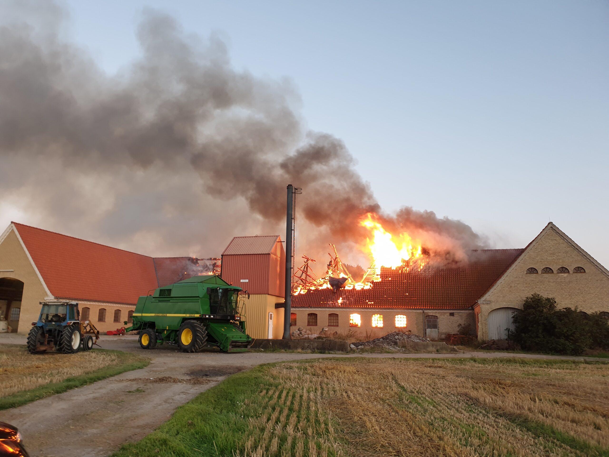 Heftig gårdbrand - brandvæsnet kæmper mod flammerne i Gedser