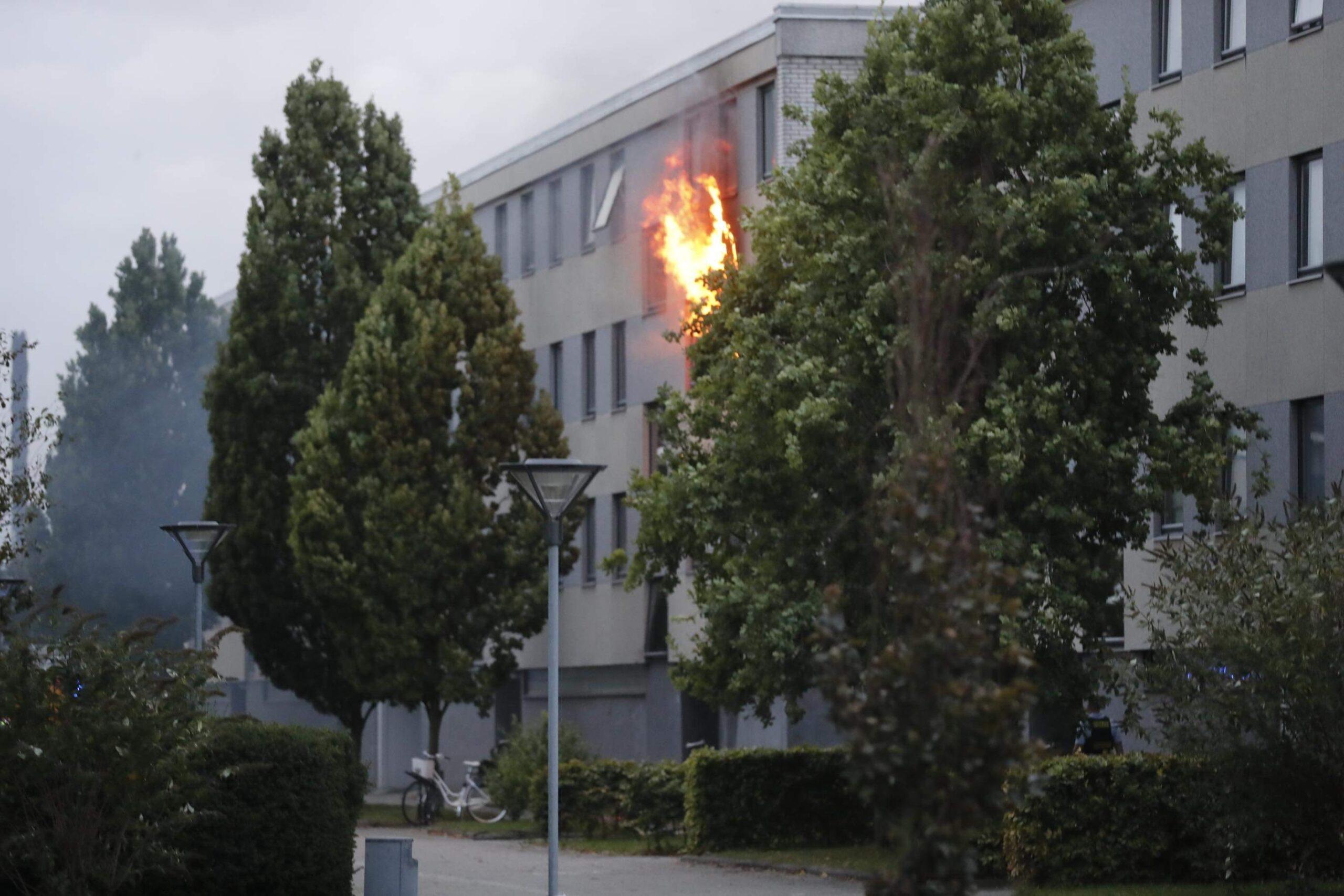 Lige nu: Voldsom brand i lejlighed - flammerne står ud af vinduerne