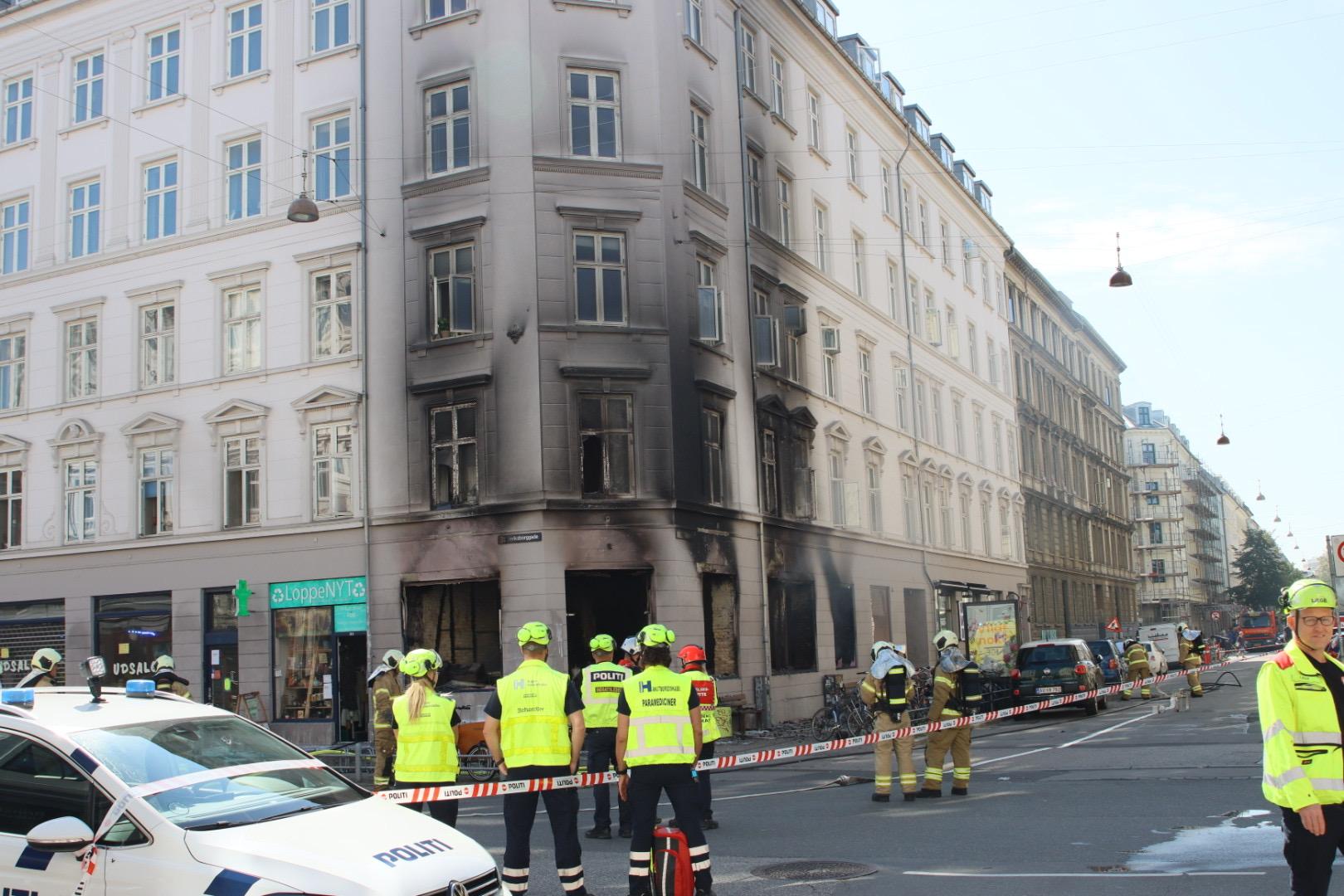 Café udbrændt i København - brandvæsnet kæmper med slukningen