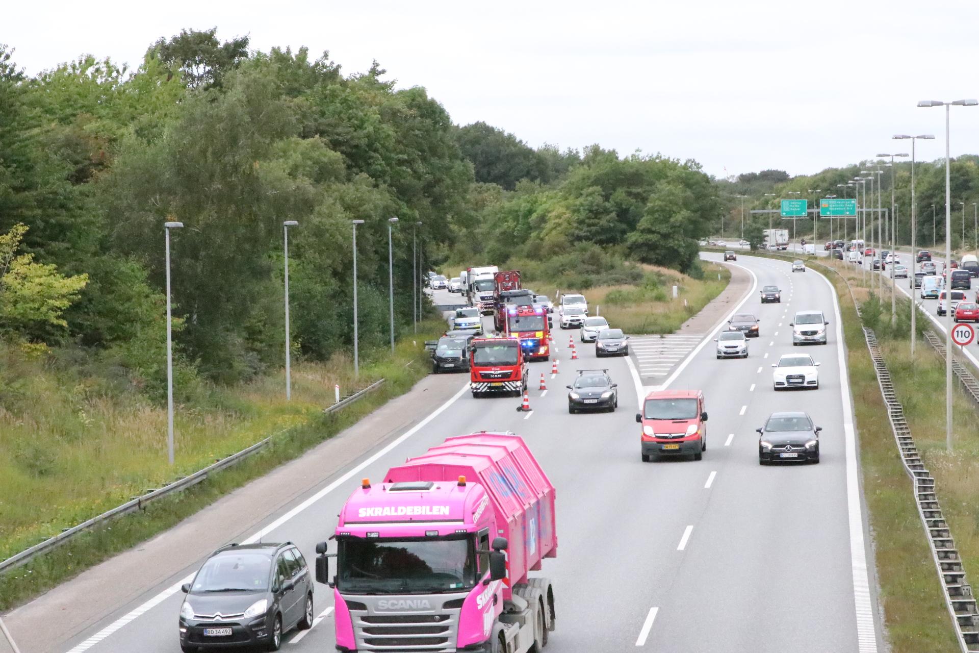 Lastbil påkører personbil på Køge Bugt Motorvejen - forvent kø