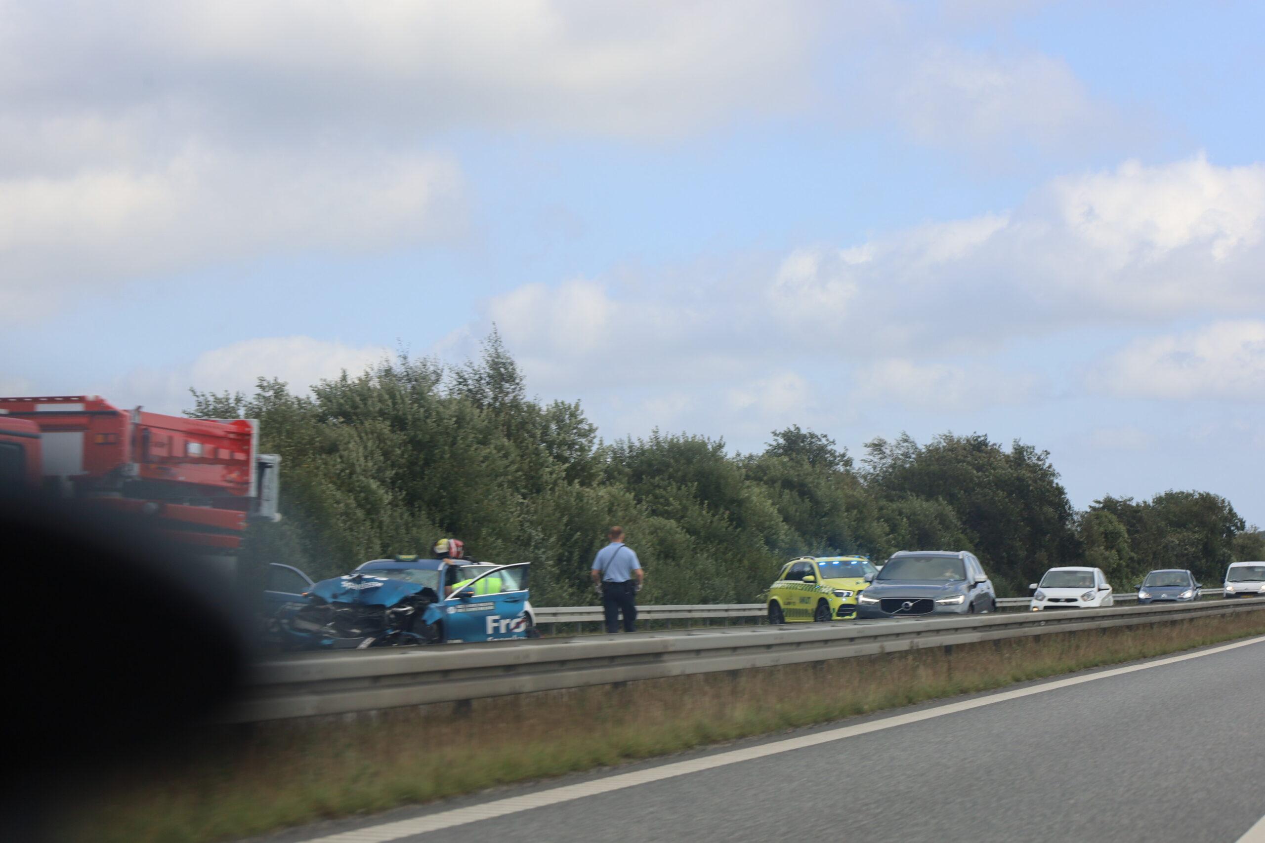 OPDATERING: Voldsomt trafikuheld på motorvej nær Holsted - taxa smadret