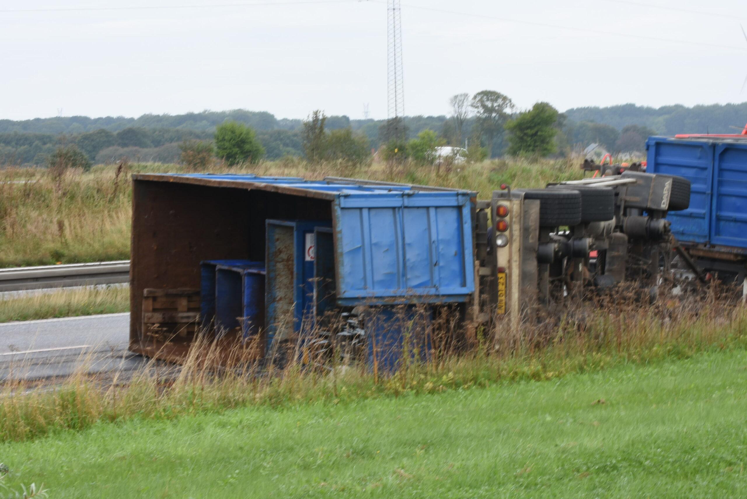 Lastbil væltet på motorvej - beredskab på stedet
