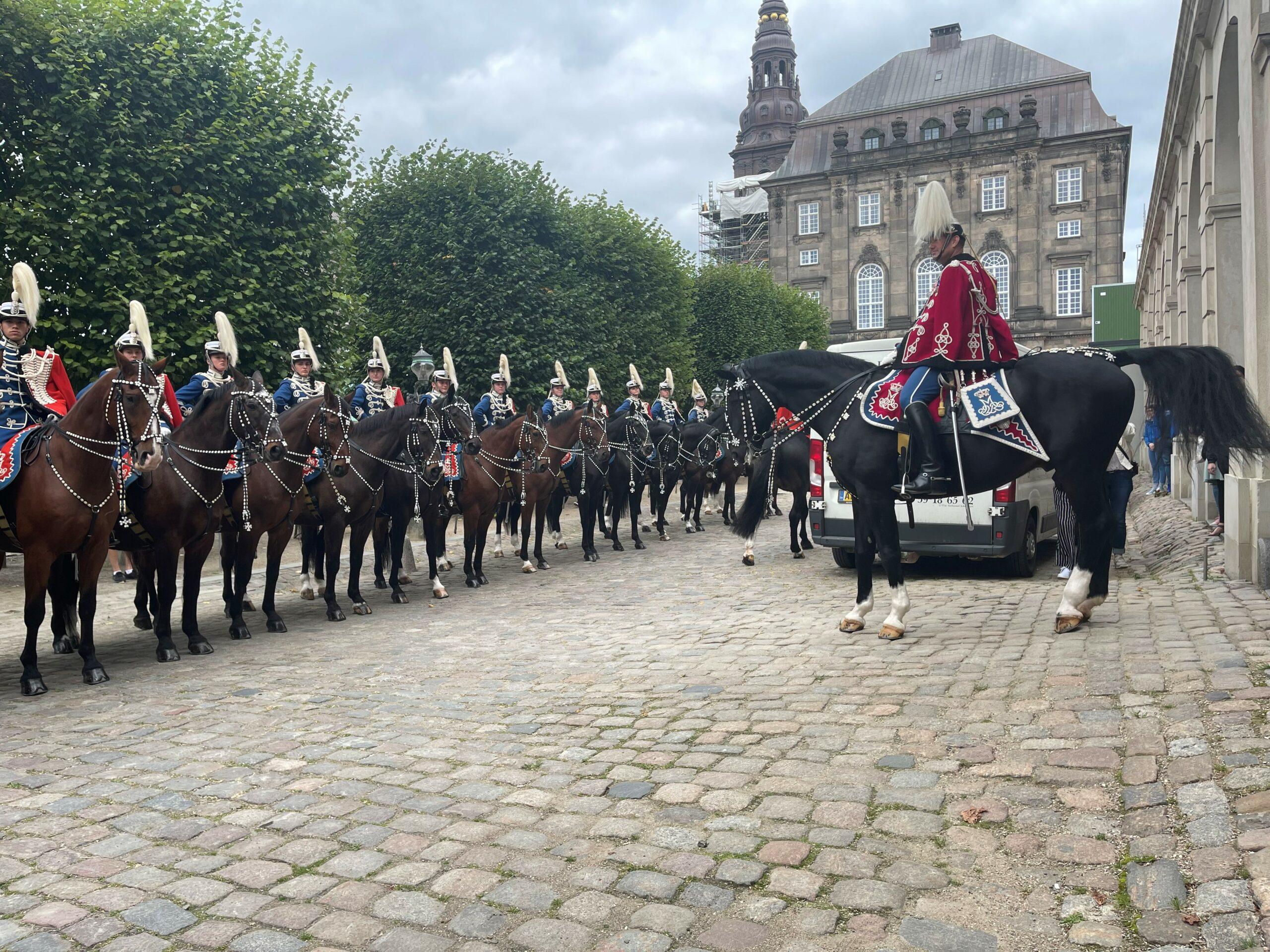 Dronning Margrethe går i land fra Kongeskibet Dannebrog