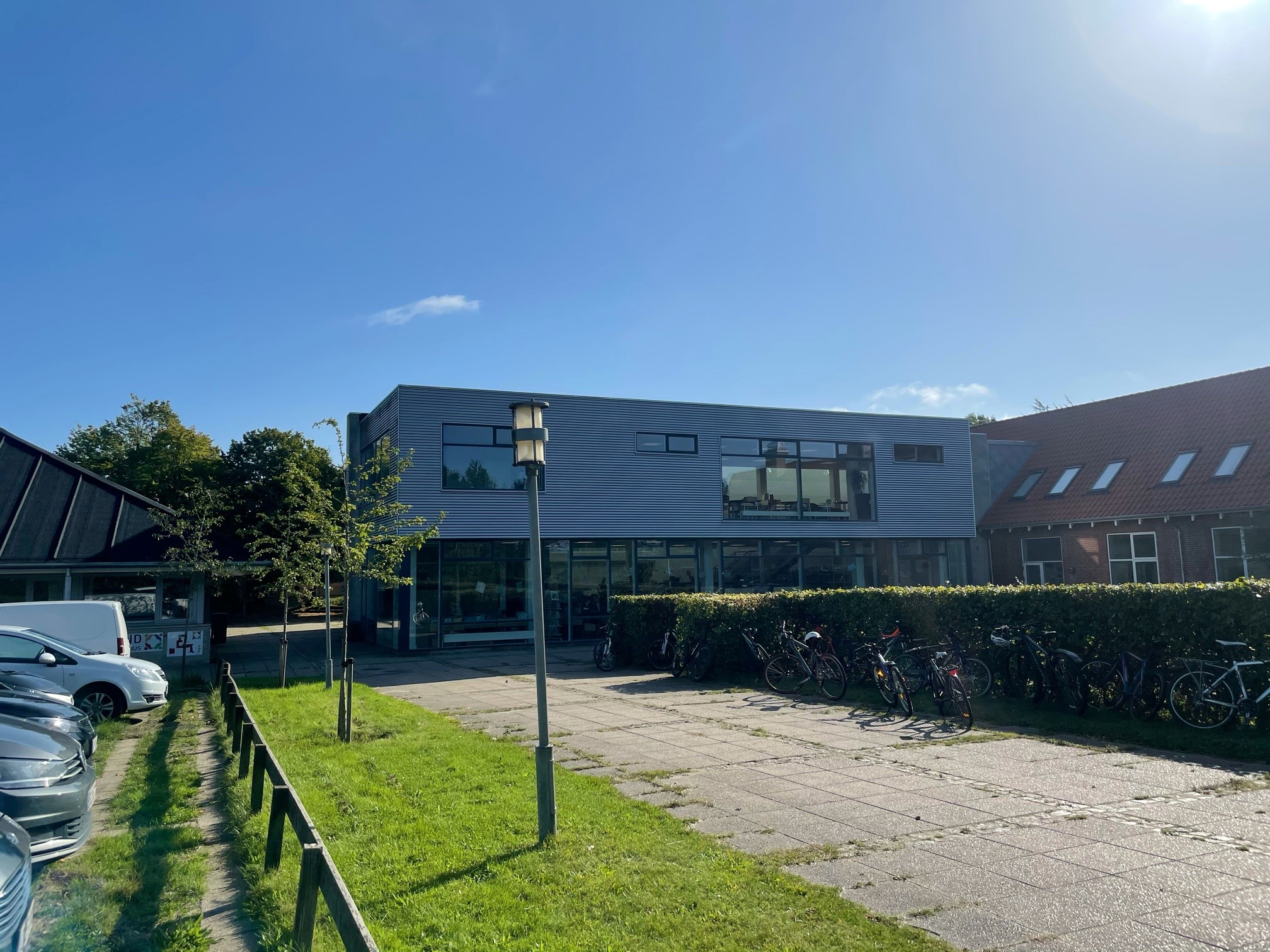 """Skole i Østjylland vil være første skældud fri skole i Danmark: """"Vi skal være nysgerrige på, hvorfor en elev slår en anden i hovedet med en skovl"""", siger skoleleder"""