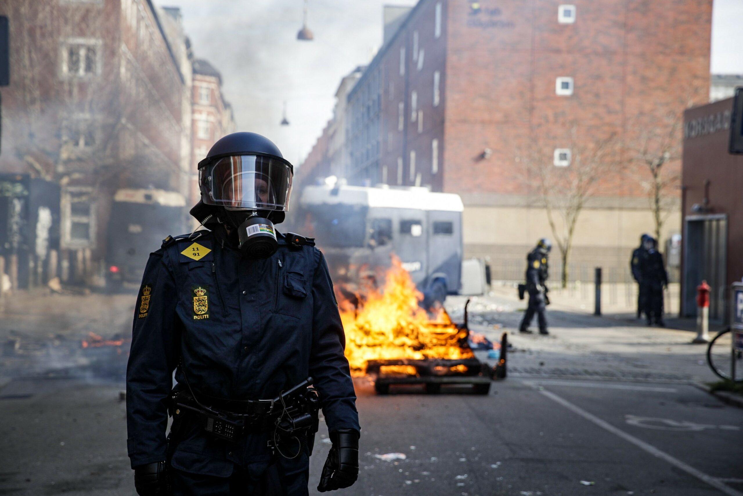Ung mand kastede sten mod politiet ved Paludan-demonstration - nu skal hele familien smides på gaden
