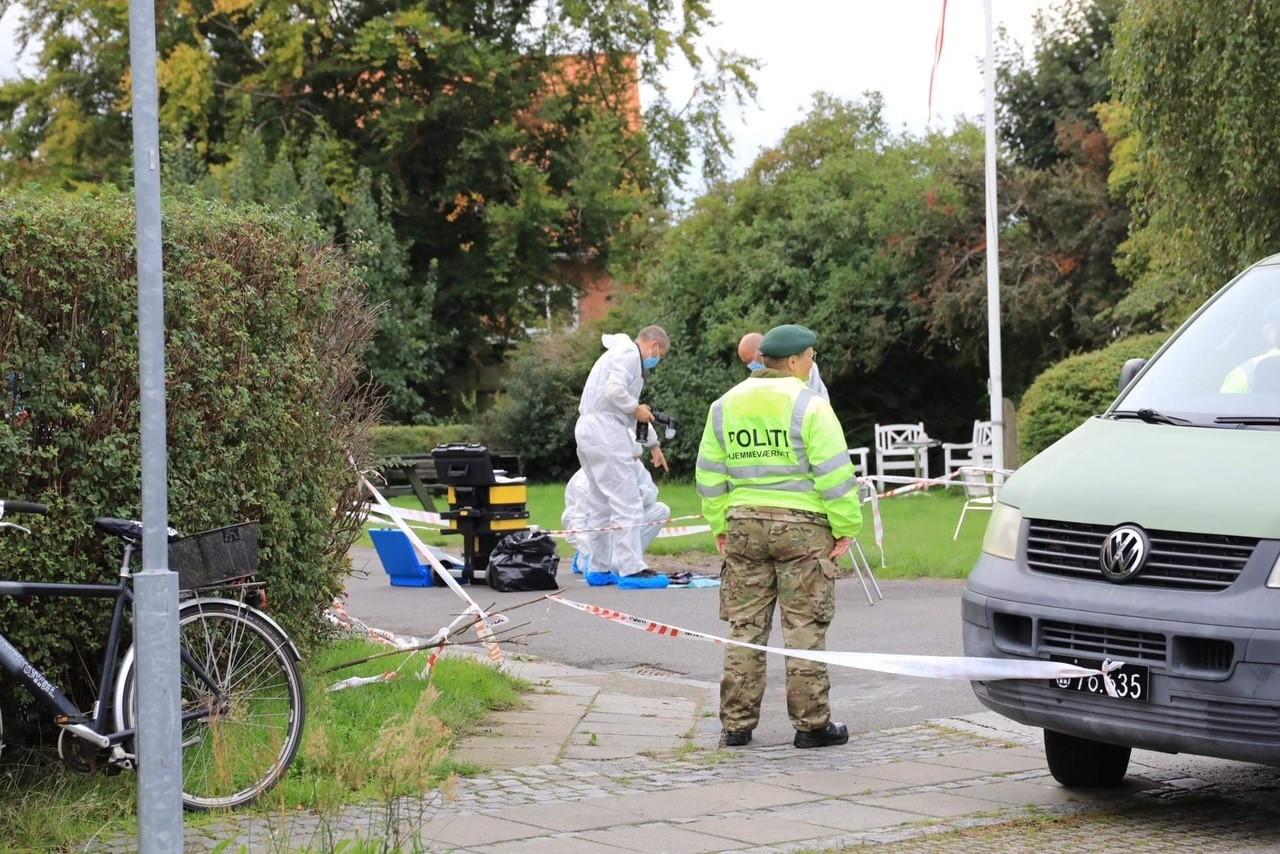 Nye billeder fra voldsomt knivoverfald på Bornholm: Politiets teknikere arbejder på stedet